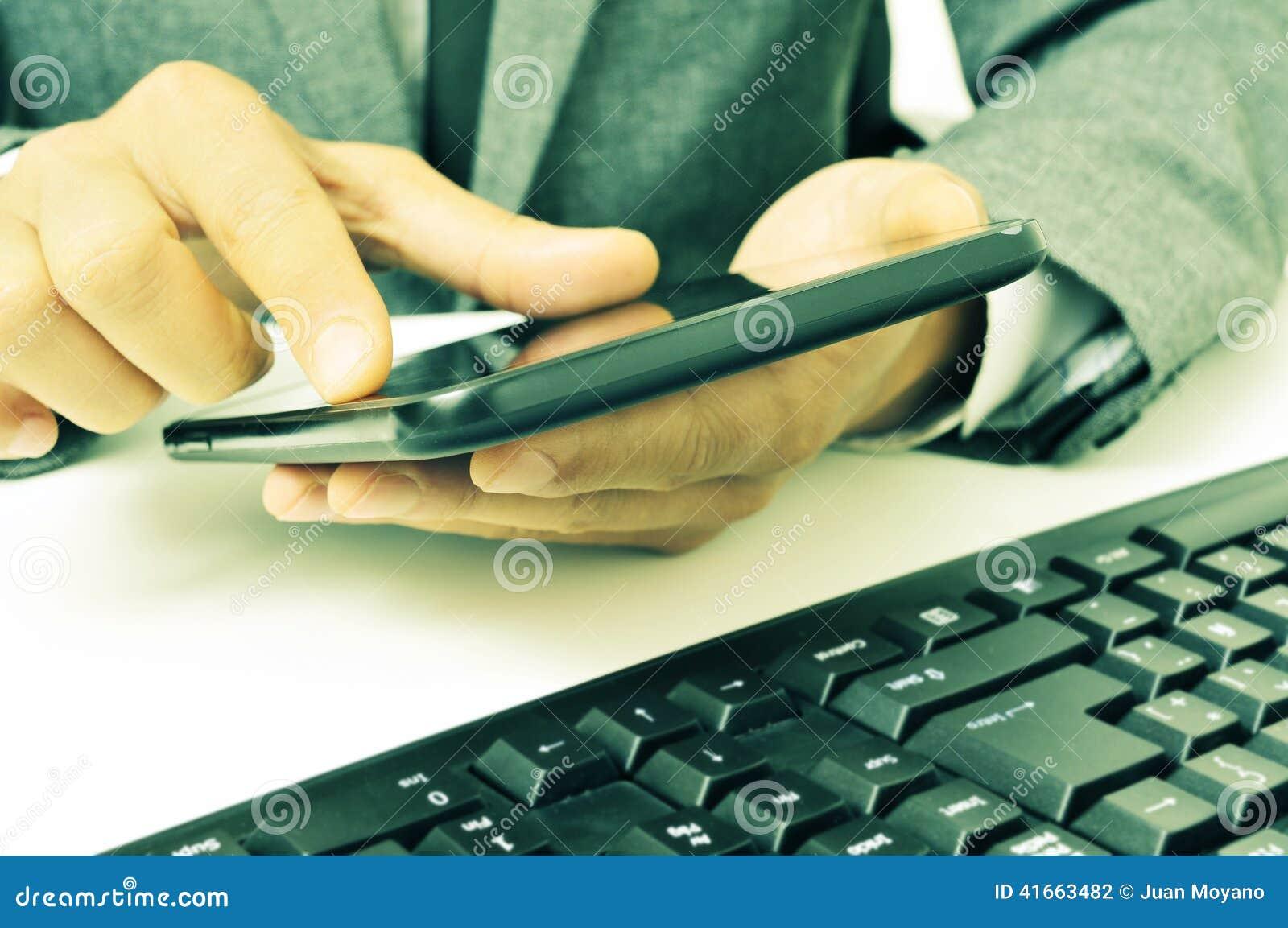 Бизнесмен используя таблетку в офисе, с ретро влиянием