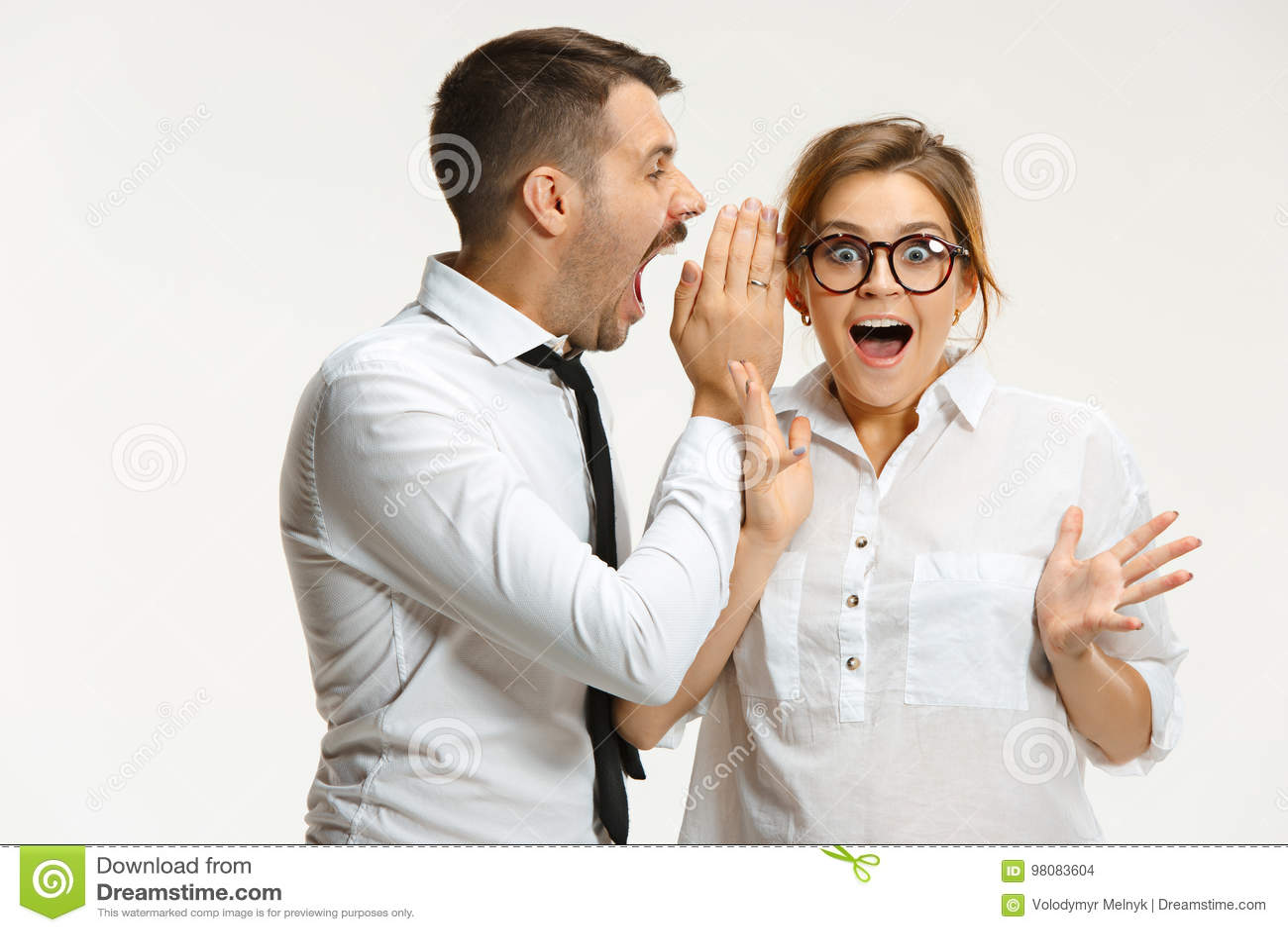 Бизнесмен и женщина связывая на серой предпосылке