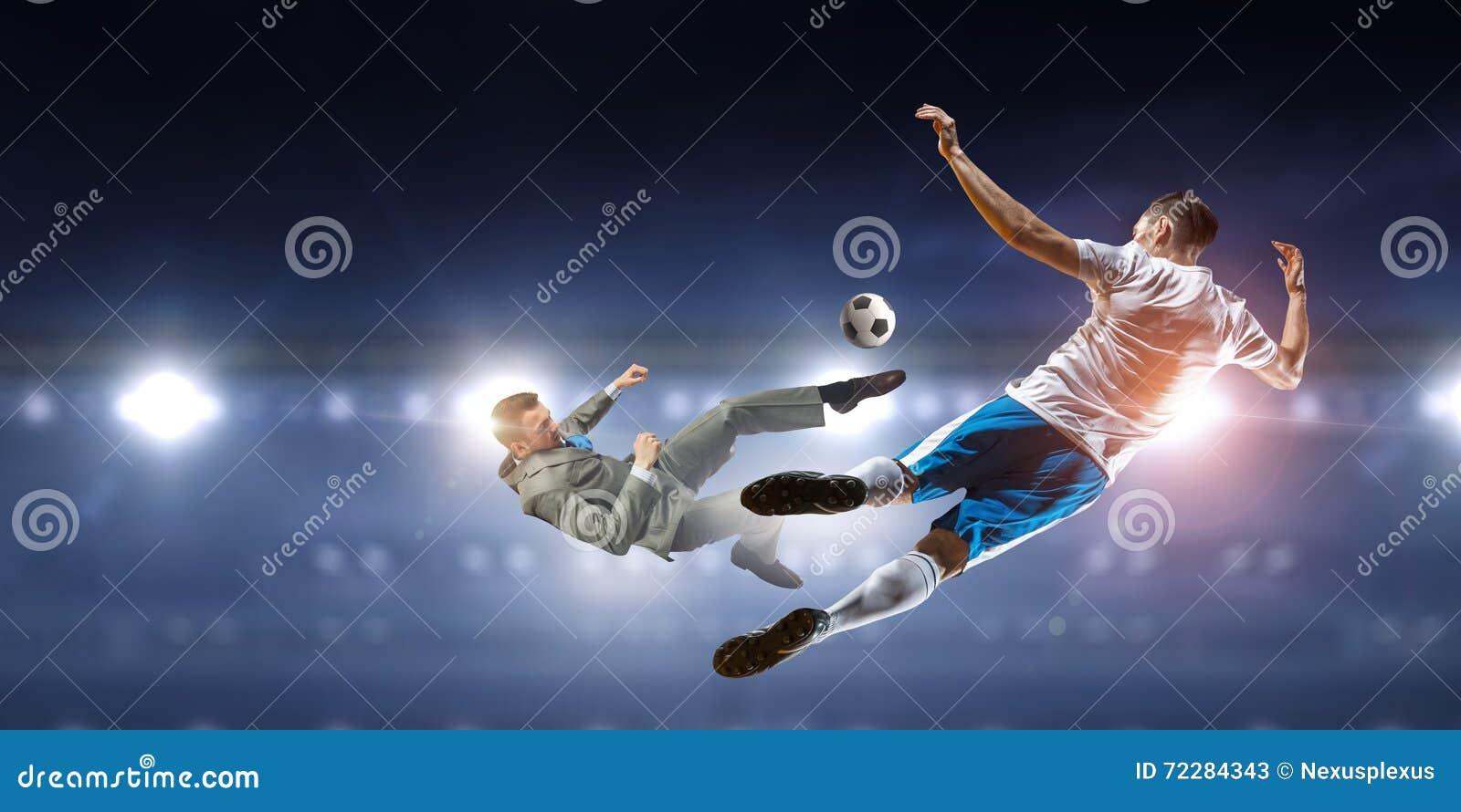 Download Бизнесмен и игрок воюя для шарика Стоковое Изображение - изображение насчитывающей бизнесмен, люди: 72284343
