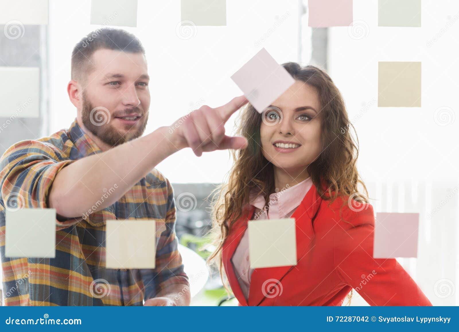 Download Бизнесмен и коммерсантка работая в офисе Стоковое Фото - изображение насчитывающей предприниматели, место: 72287042