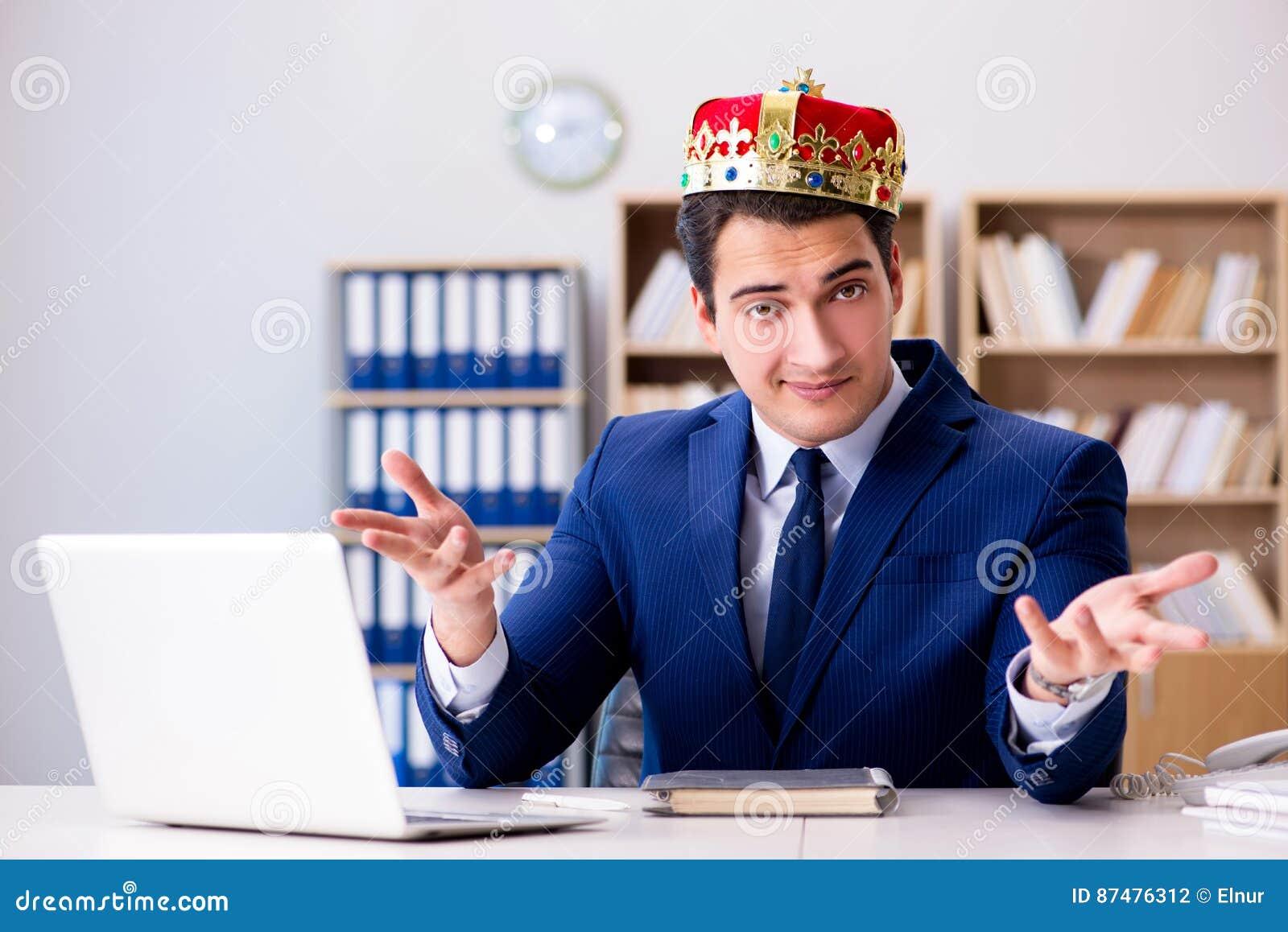 Бизнесмен короля работая в офисе