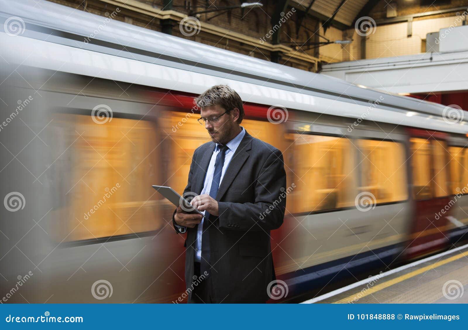 Бизнесмен на вокзале