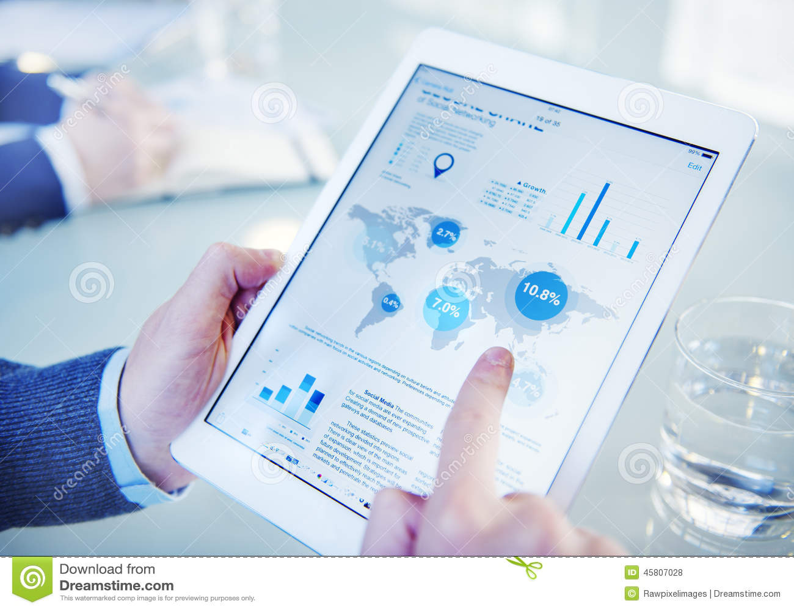 Бизнесмен на онлайн финансовой оценке