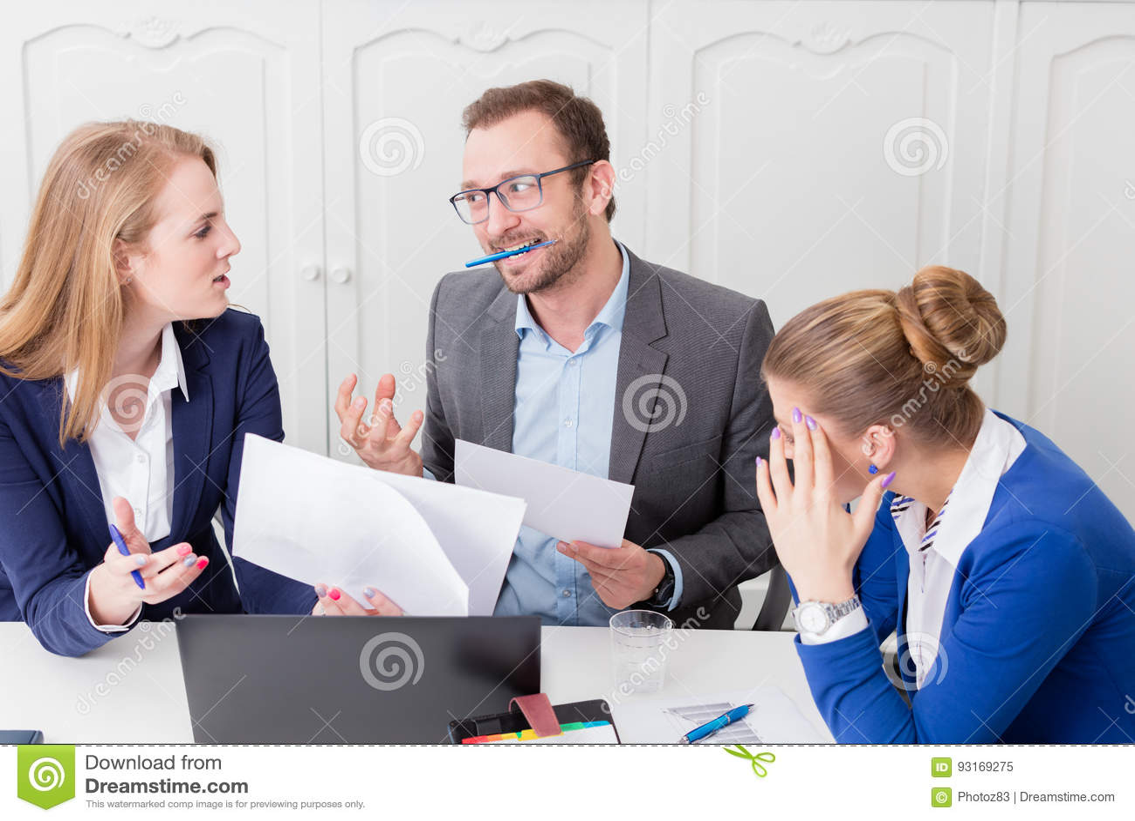 Бизнесмен не удовлетворяемый с предложением его коллеги дальше