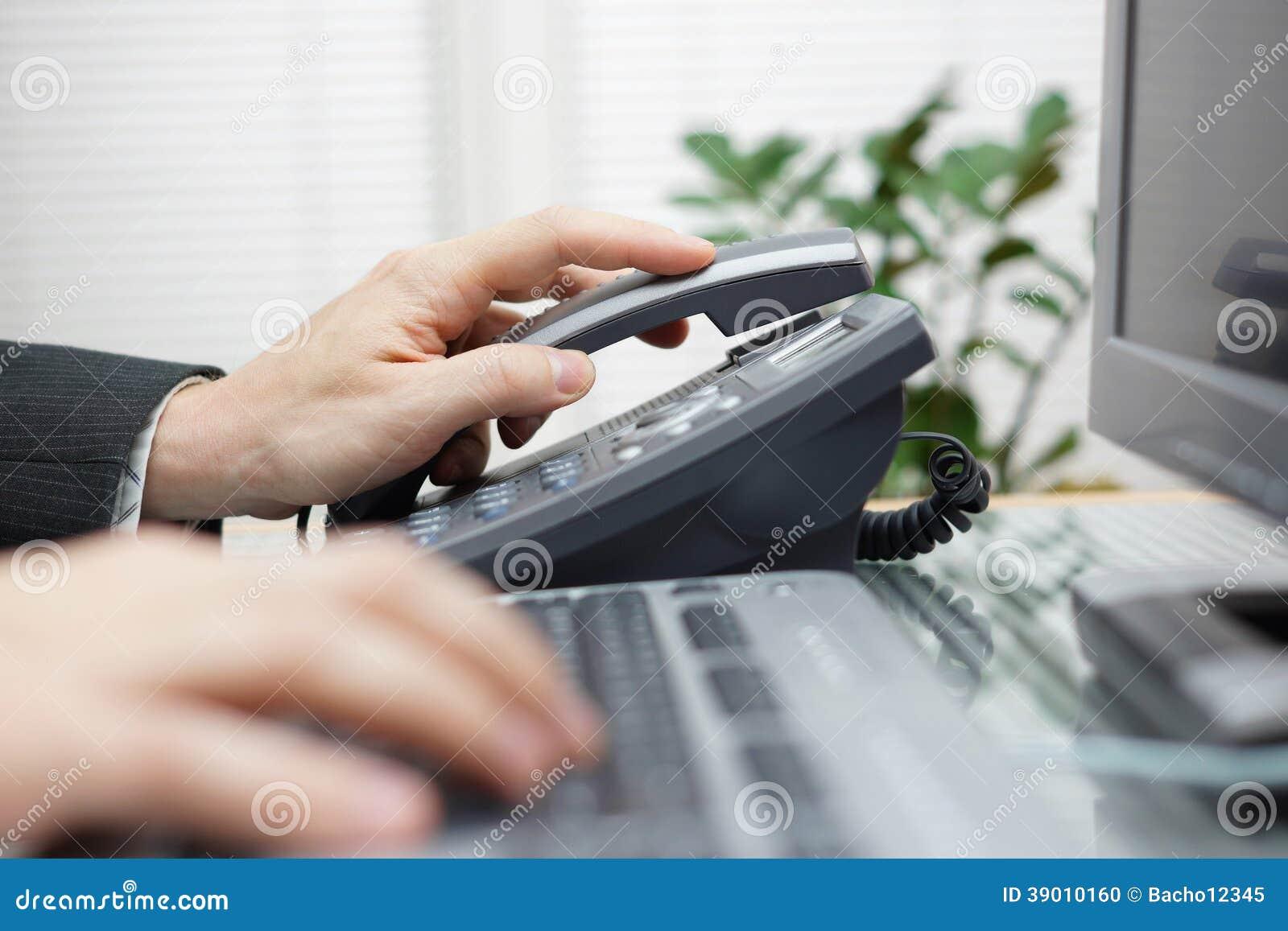 Бизнесмен отвечает телефону