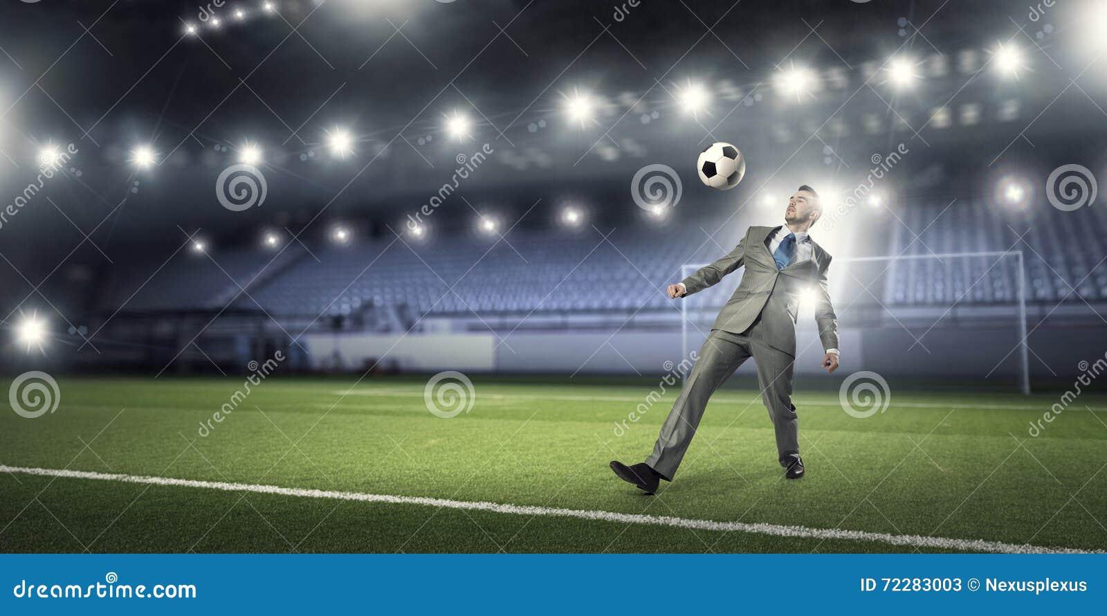 Download Бизнесмен пиная шарик стоковое изображение. изображение насчитывающей green - 72283003