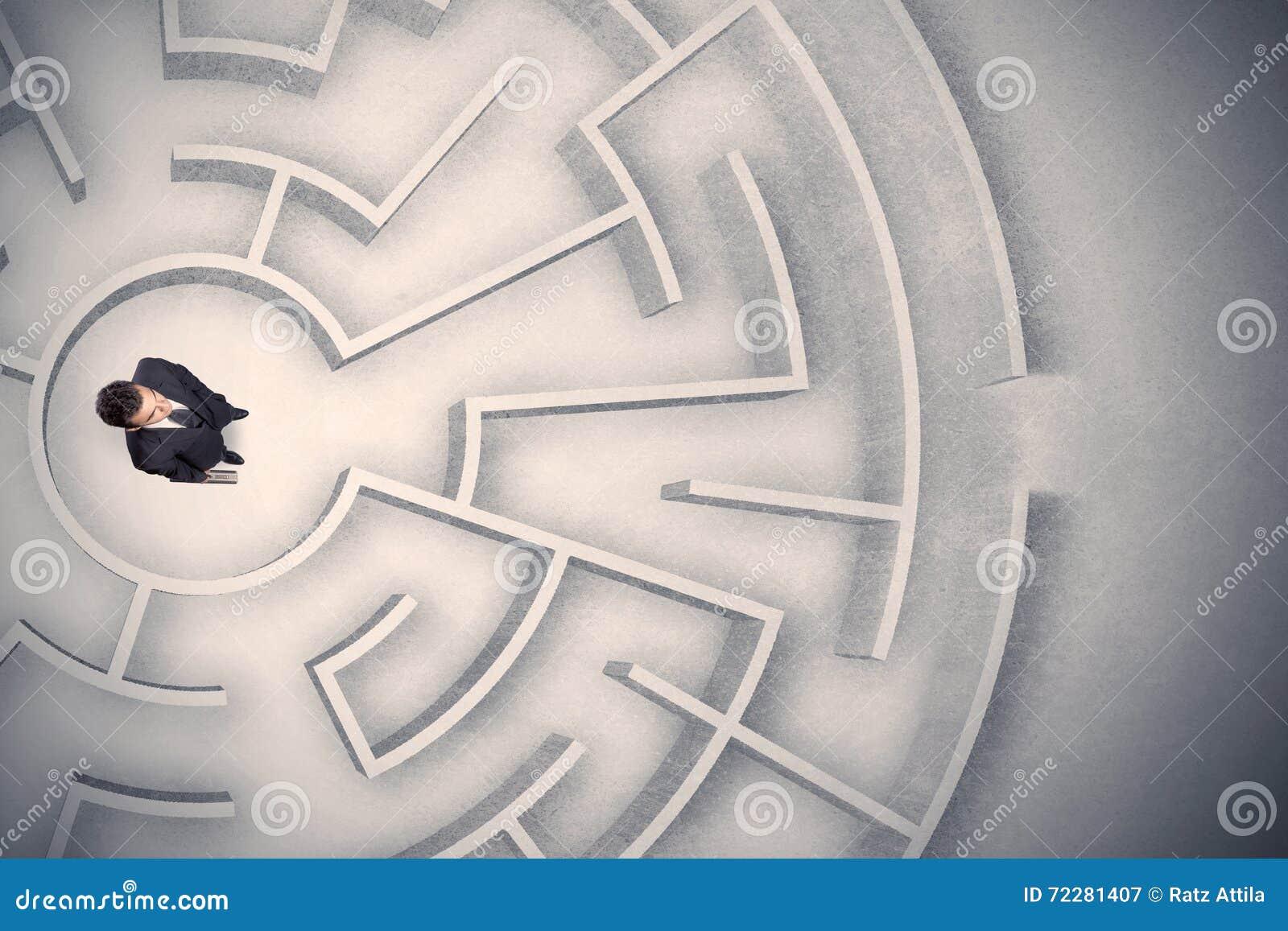 Download Бизнесмен поглощенный в круговом лабиринте Стоковое Изображение - изображение насчитывающей свобода, центр: 72281407