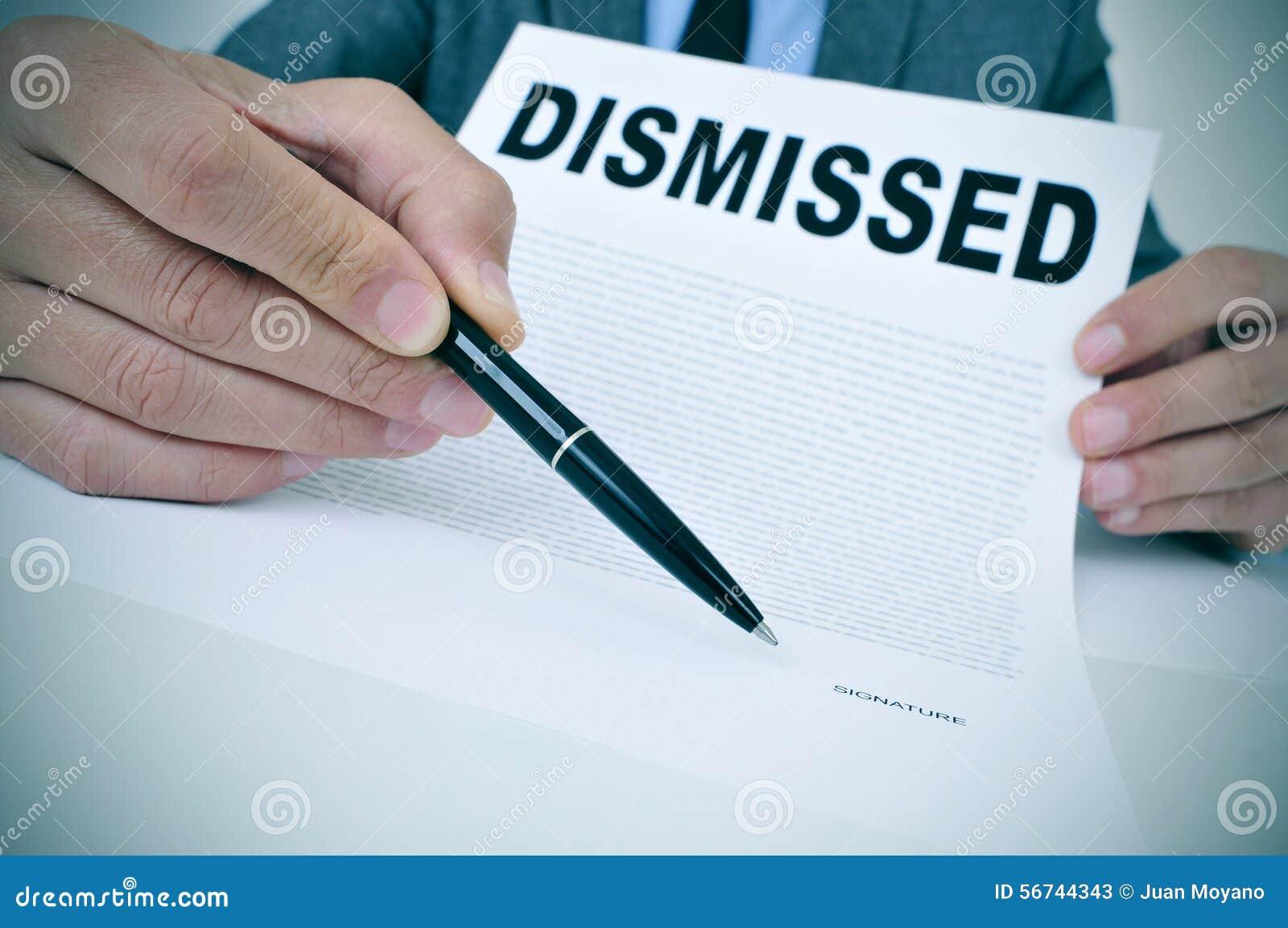 Бизнесмен показывает документ при уволенный текст