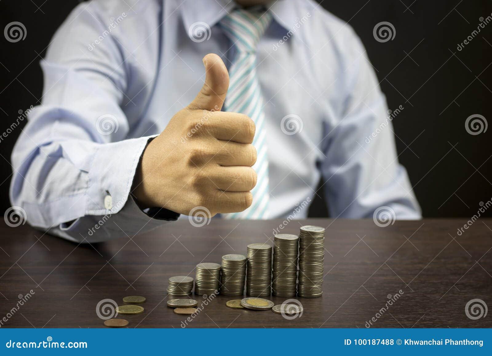 бизнесмен показывая большой пец руки