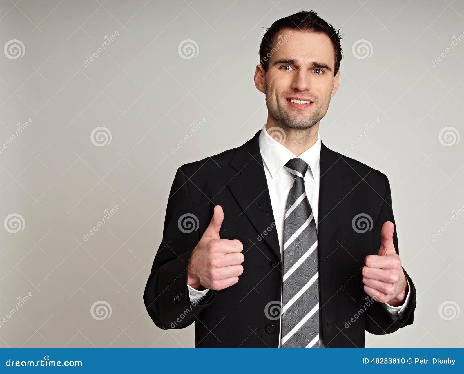 Бизнесмен показывая большие пальцы руки вверх
