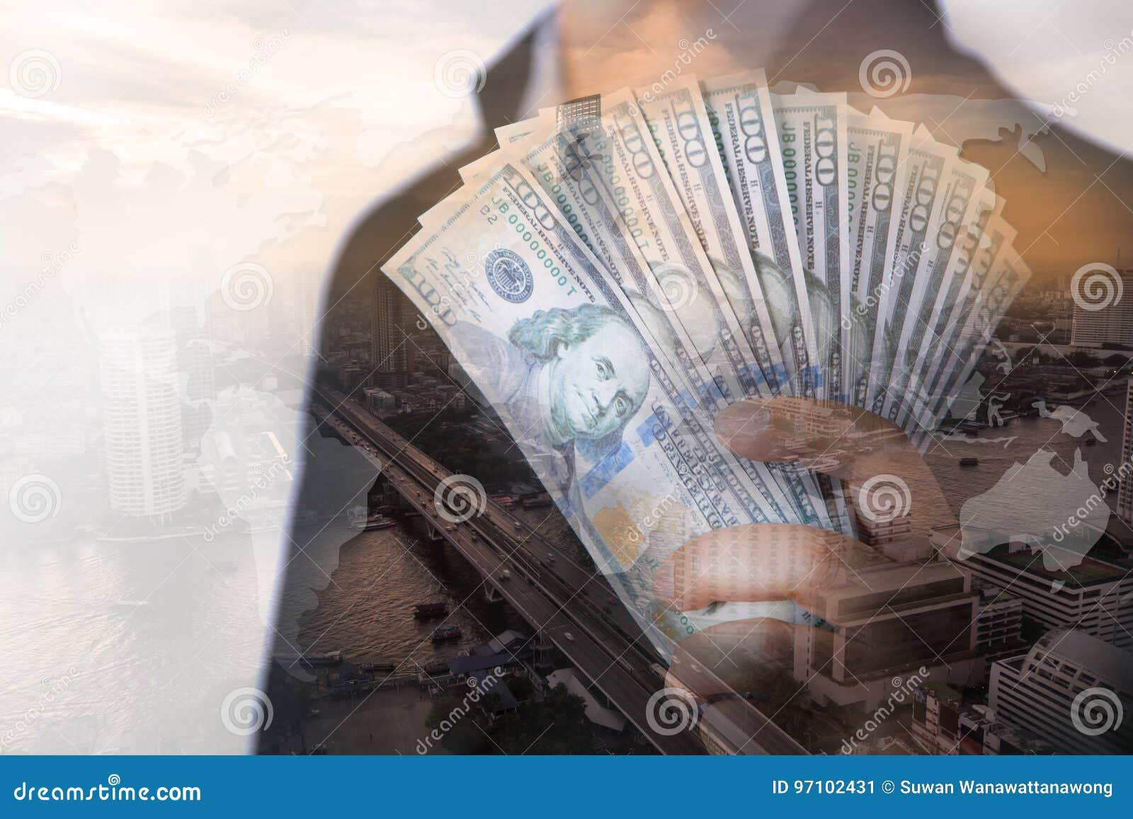 Бизнесмен показывая наличные деньги в наличии с взгляд сверху большого города