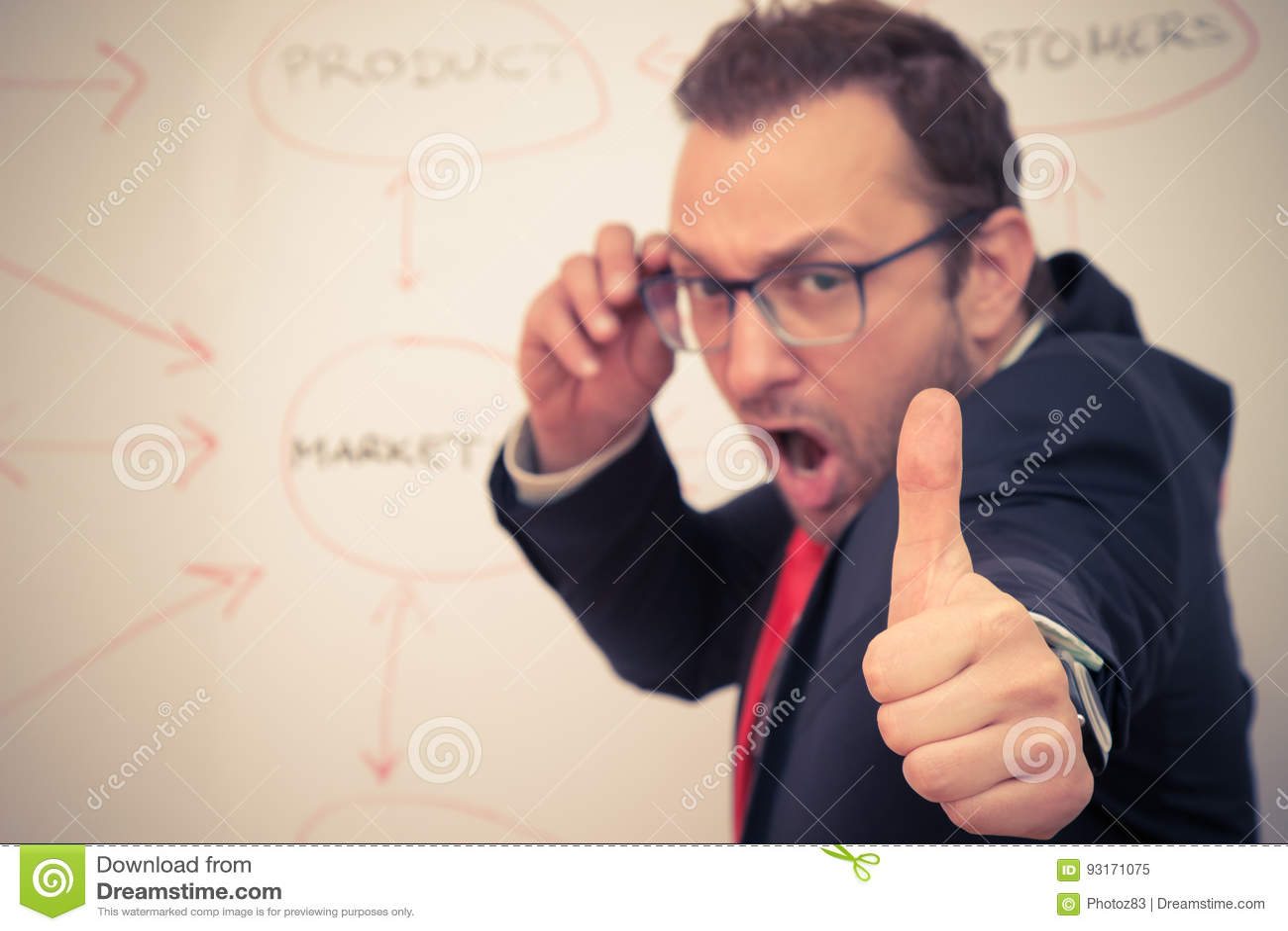 Бизнесмен показывая о кеы вздох с его большим пальцем руки