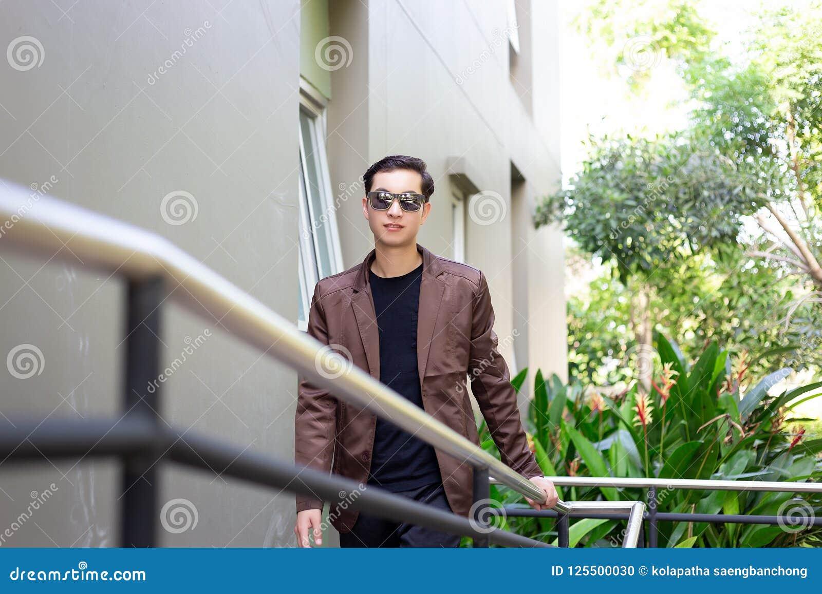 Бизнесмен портрета очаровательный красивый молодой Привлекательный человек