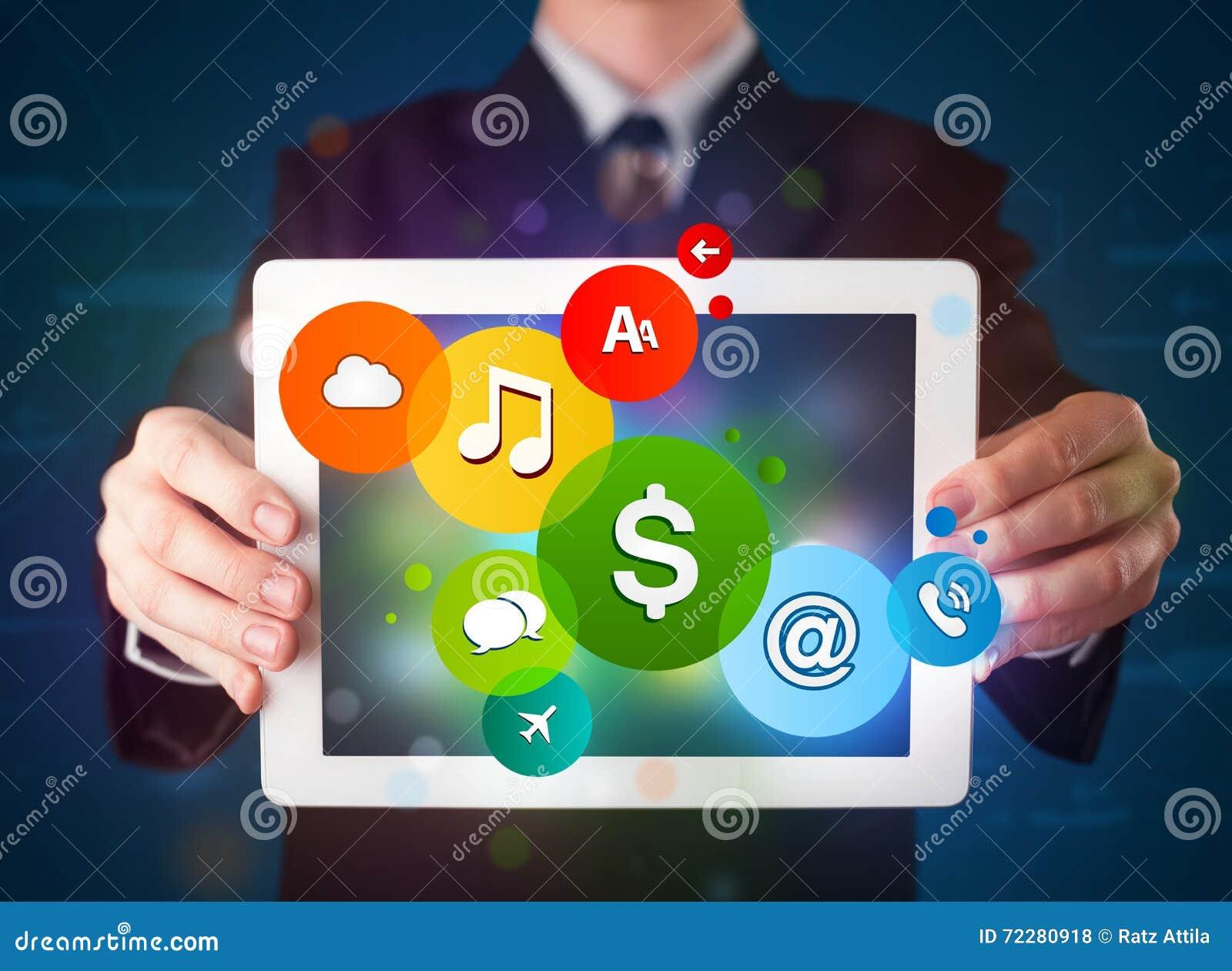Download Бизнесмен представляя цветастые самомоднейшие знаки Стоковое Фото - изображение насчитывающей удерживание, примечания: 72280918