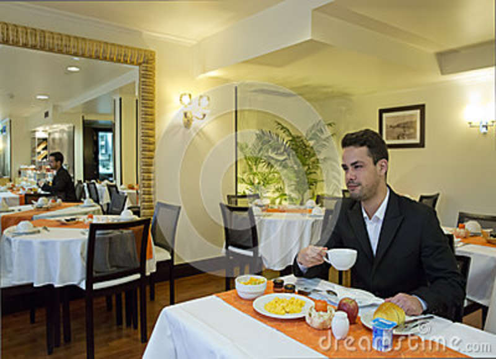 Бизнесмен принимает завтрак в гостинице