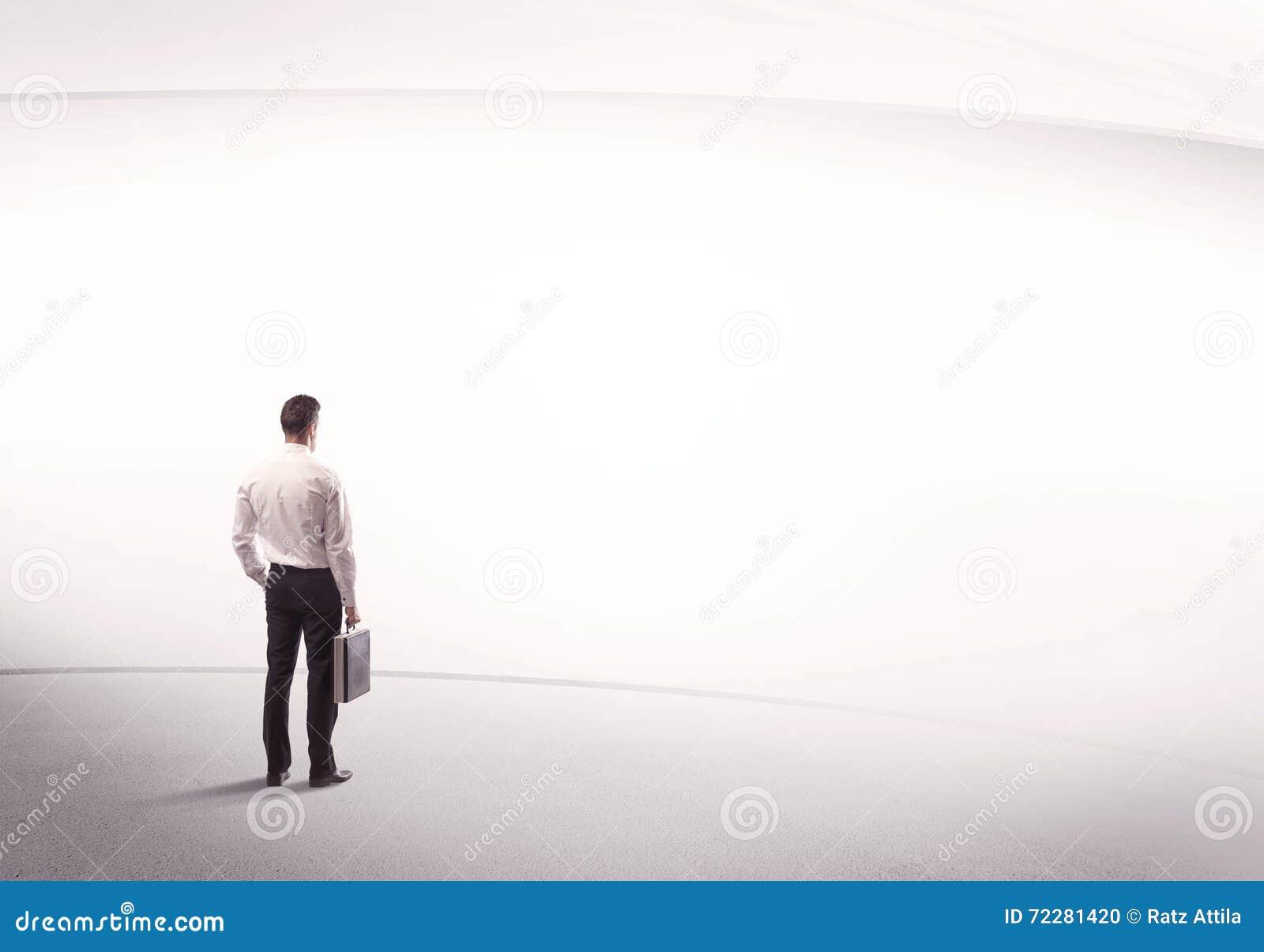 Download Бизнесмен при портфель стоя все еще Стоковое Фото - изображение насчитывающей случай, смотреть: 72281420