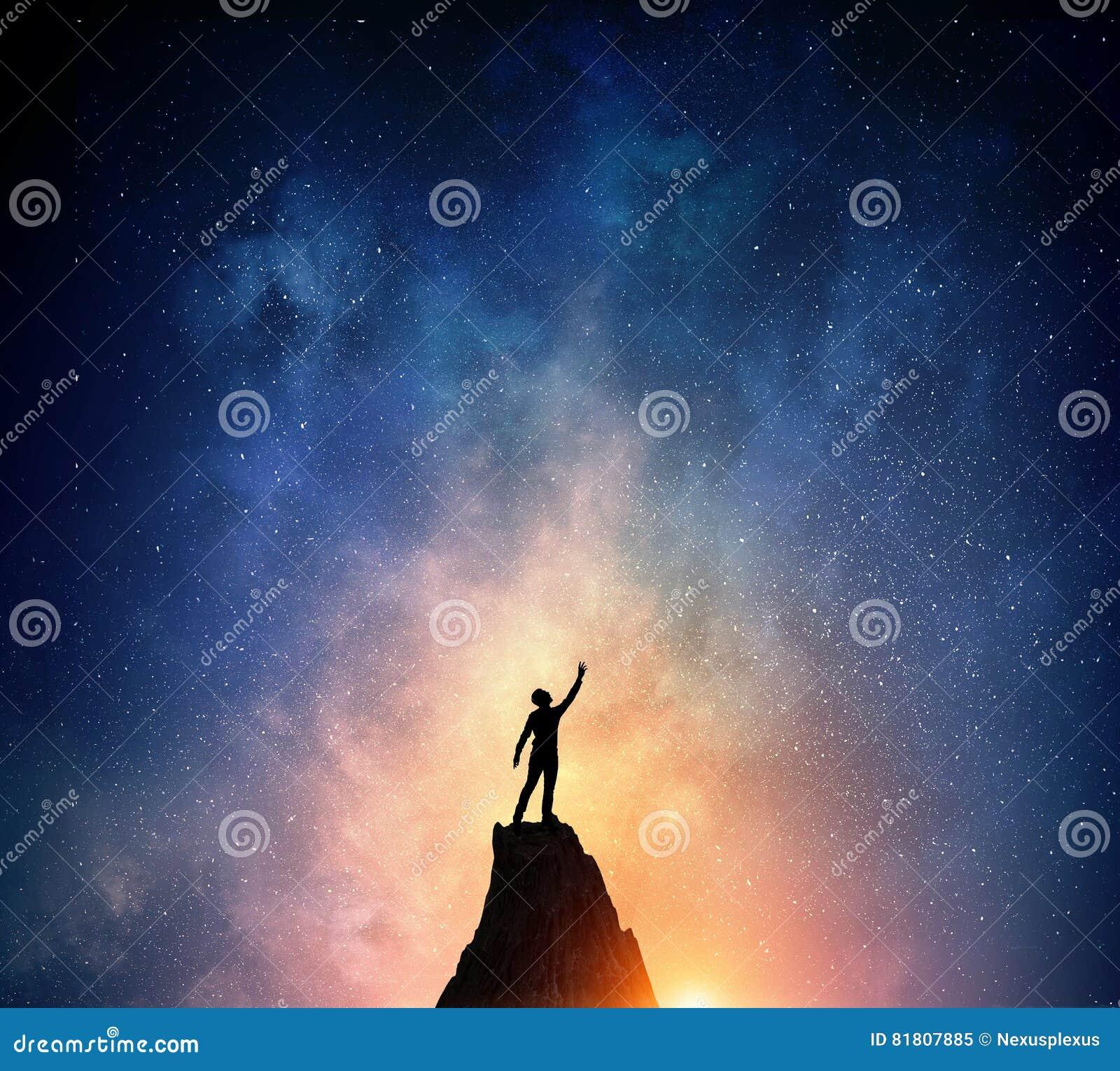 Бизнесмен против звёздного неба Мультимедиа