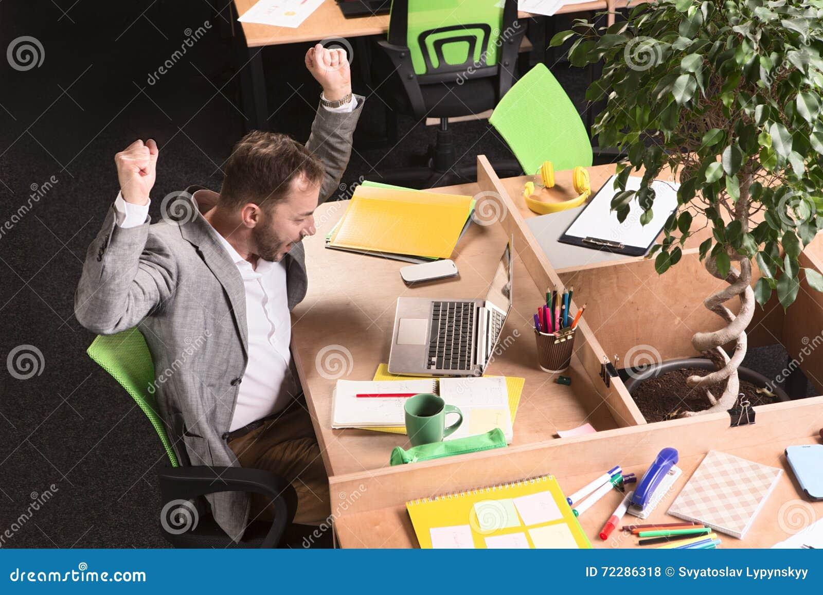 Download Бизнесмен работая в офисе стоковое фото. изображение насчитывающей indoors - 72286318