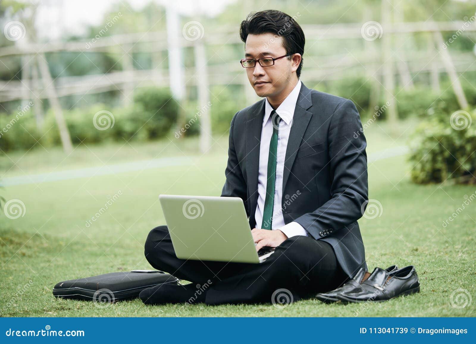 Бизнесмен работая в парке