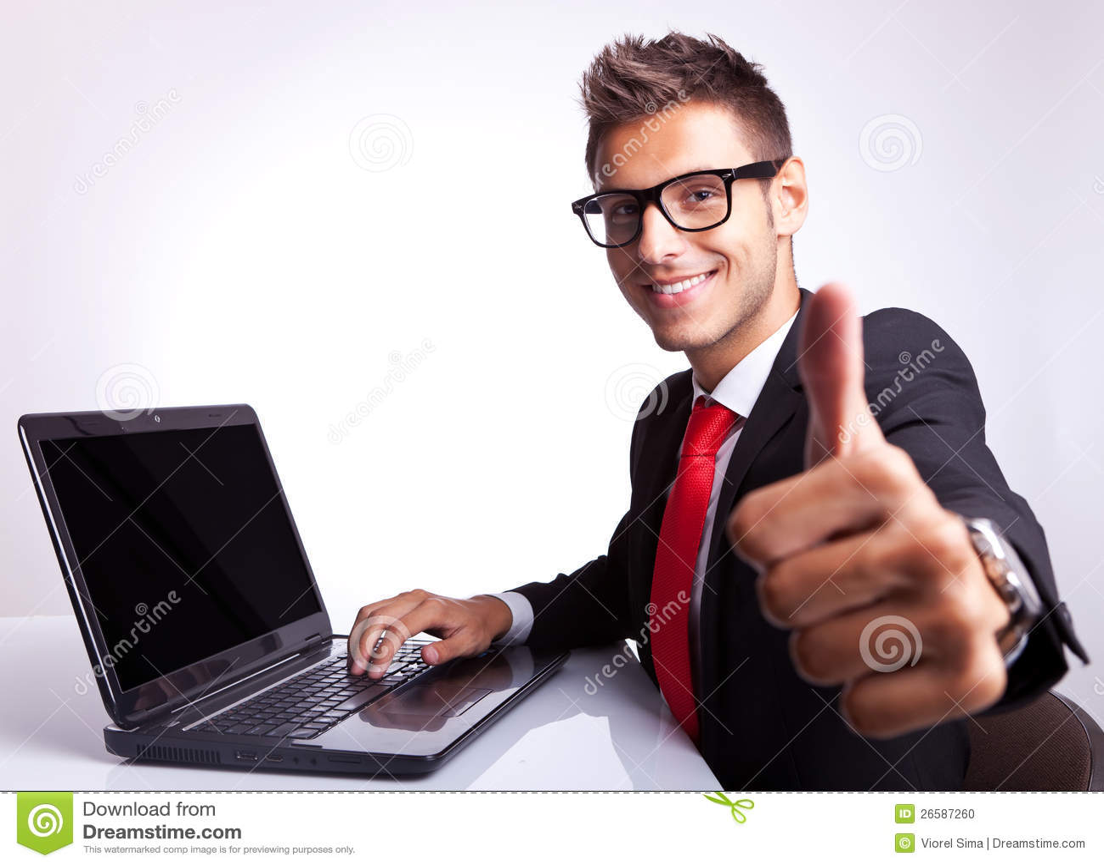 Бизнесмен работая и показывая о кеы
