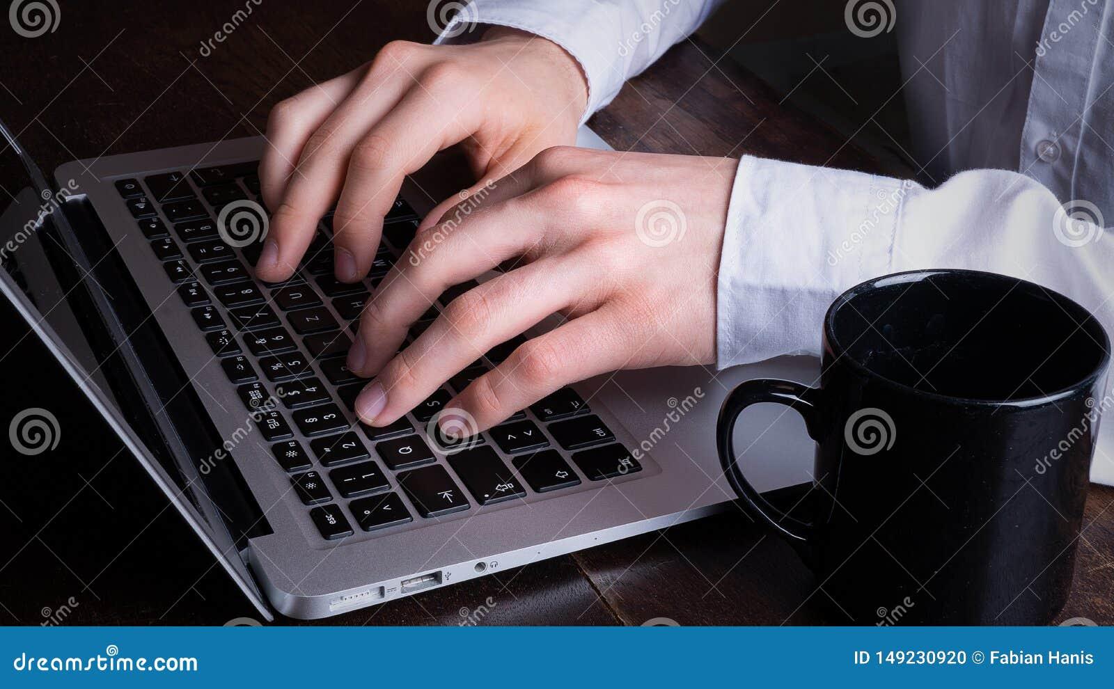 Бизнесмен работая на ноутбуке в офисе