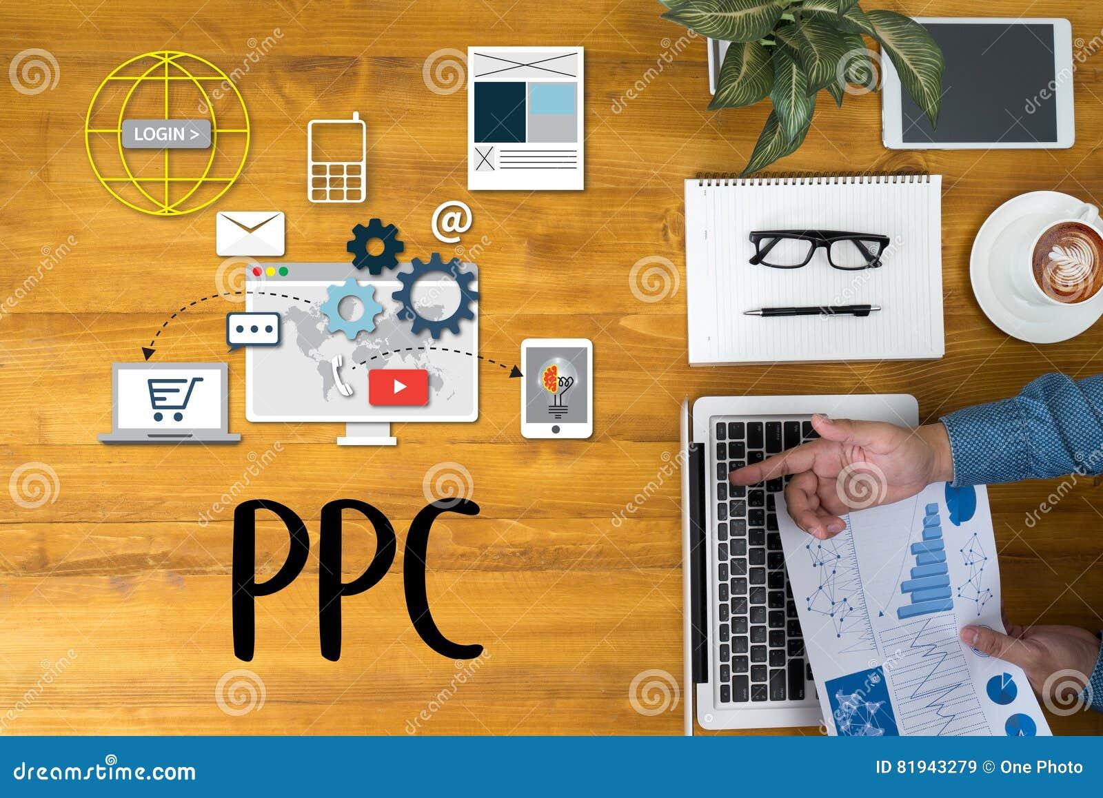 Бизнесмен работая на столе офиса и используя компьютер и объект