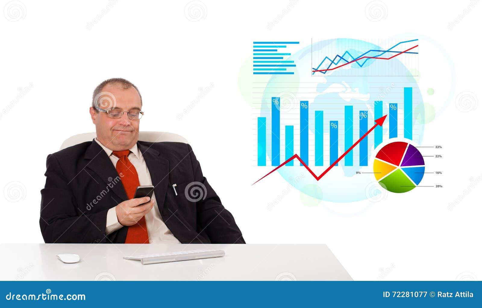 Download Бизнесмен сидя на столе с статистик и держа чернь Стоковое Изображение - изображение насчитывающей бозонов, диаграмма: 72281077