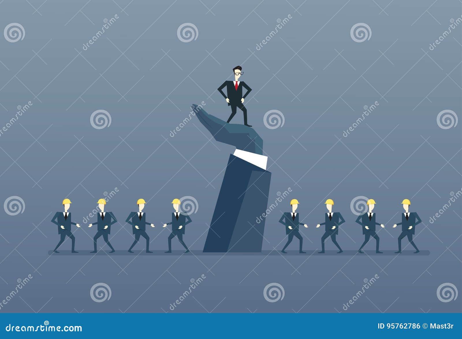 Бизнесмен стоя вверх на руководителе сильной руки с группы босса бизнесменами концепции руководства