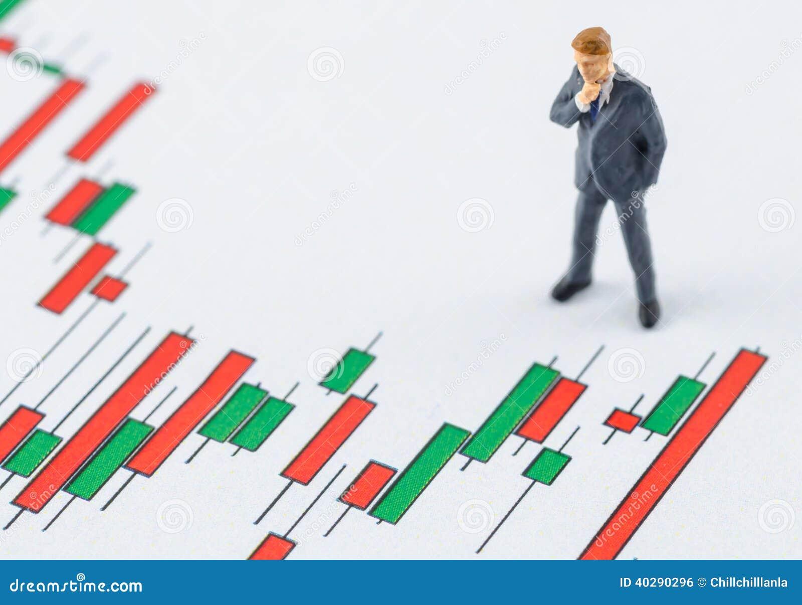 Бизнесмен стоя на графике состояния запасов подсвечника