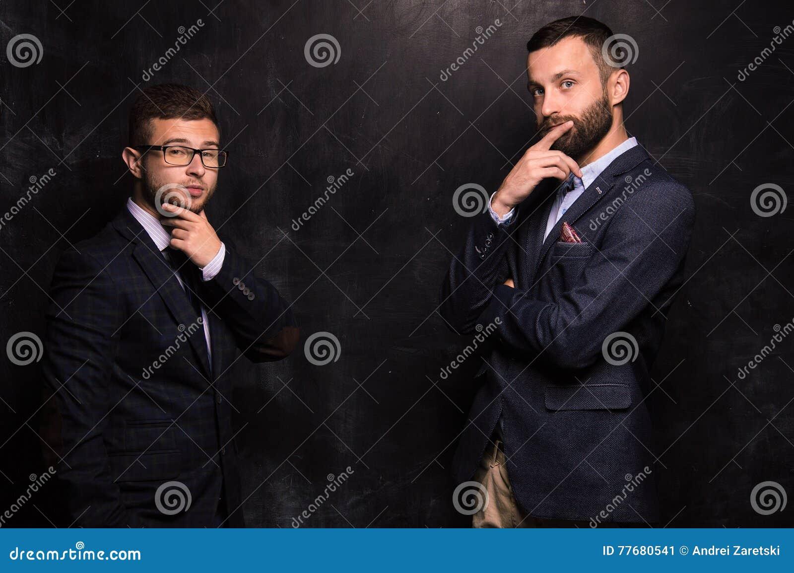 Бизнесмен 2 стоя на предпосылке мела