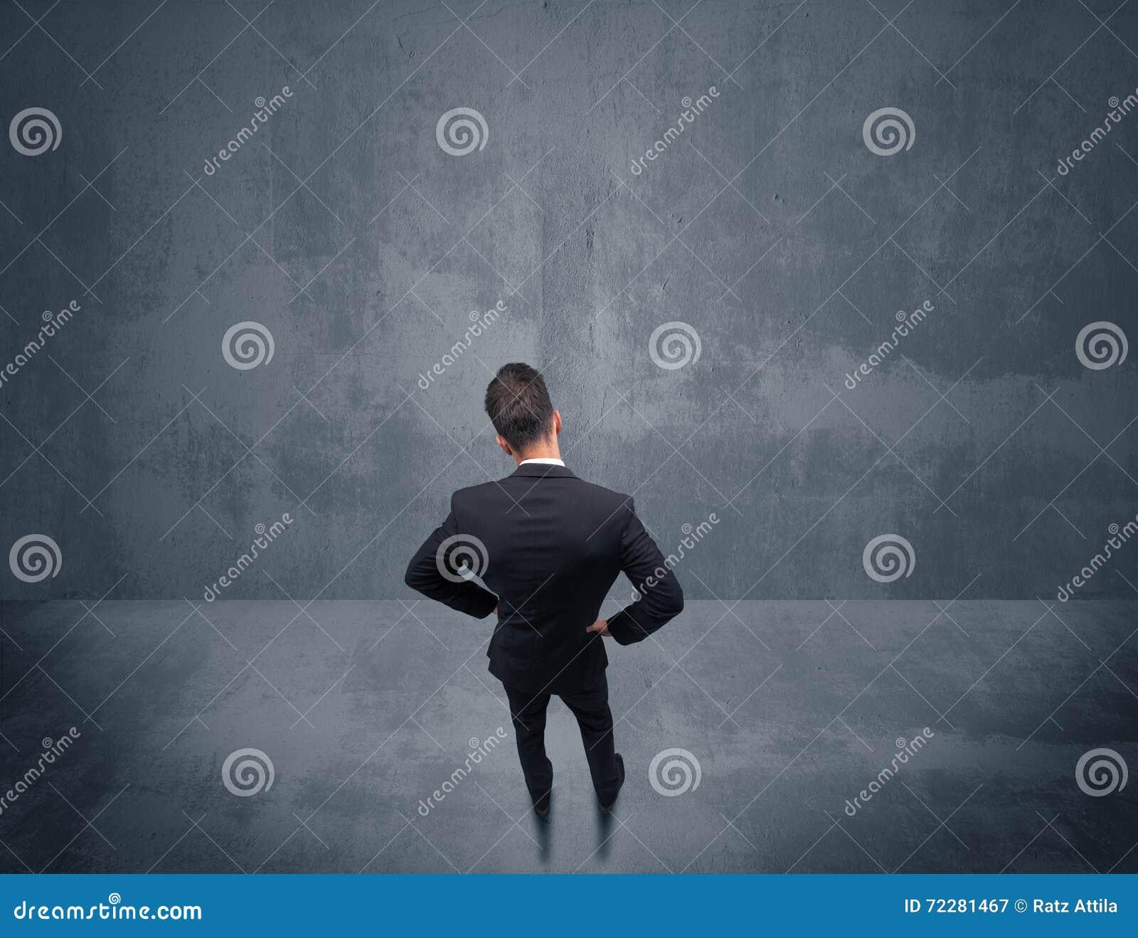 Download Бизнесмен стоя перед городской стеной Стоковое Изображение - изображение насчитывающей шикарно, вакханические: 72281467