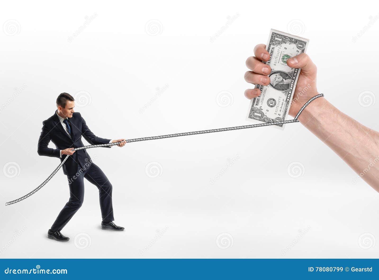 Бизнесмен схватил сильную руку с долларами и тягами наличных денег оно веревочкой