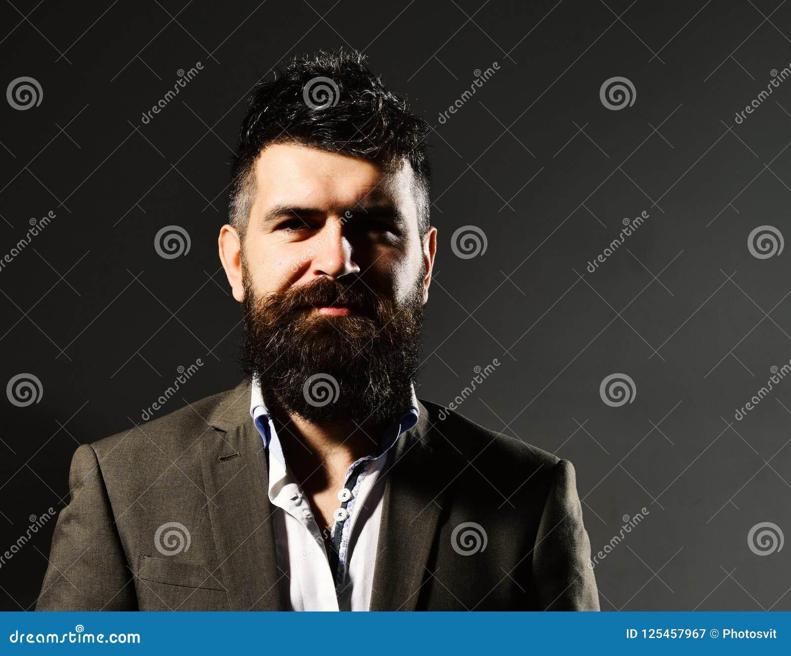 Бизнесмен с бородой и spiky волосы в официально носке Доверие дела и концепция элегантности Человек в костюме с