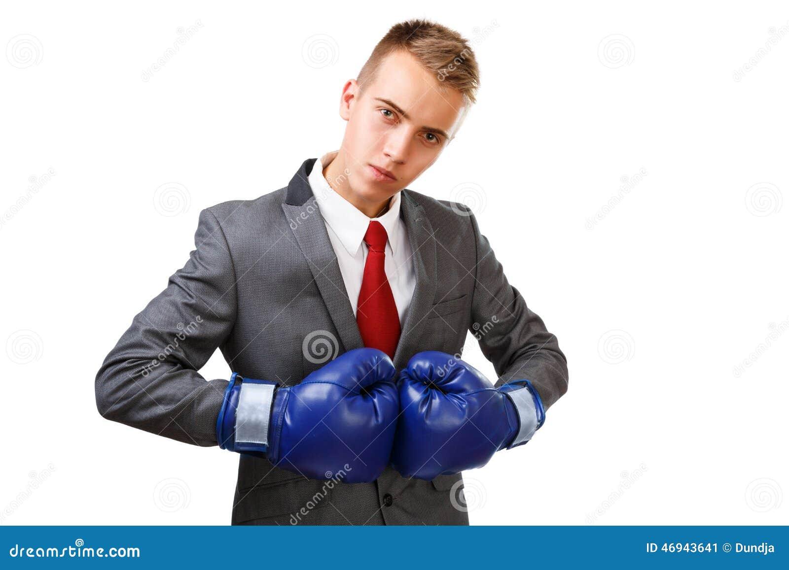 Бизнесмен с голубыми перчатками бокса