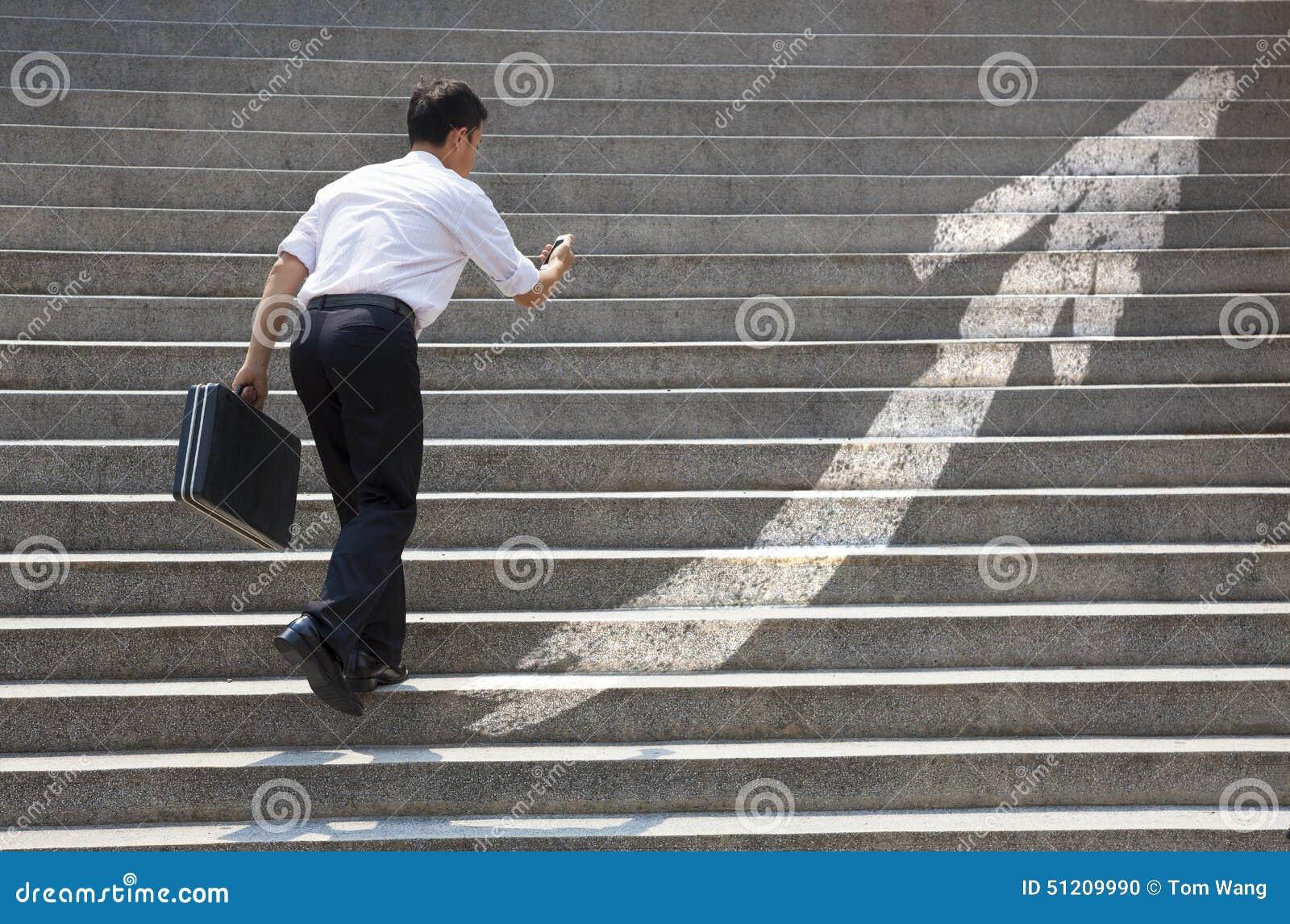 Бизнесмен с лестницей в концепции дела