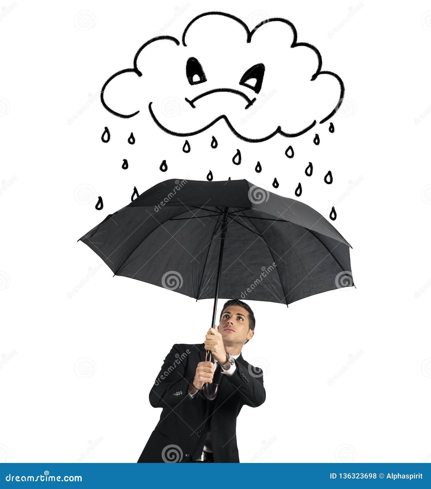 Бизнесмен с зонтиком и сердитым облаком с дождем Концепция кризиса и финансовых тревог Изолировано на белизне