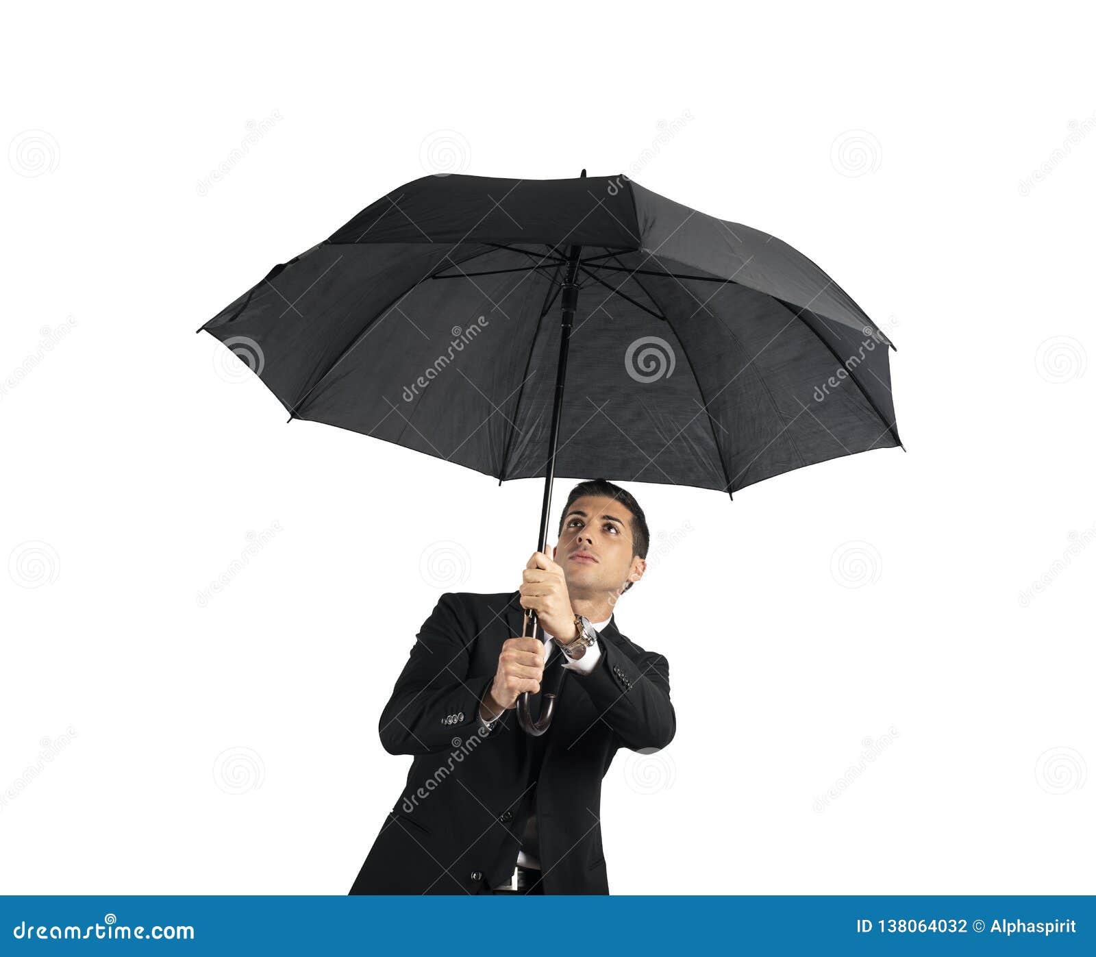 Бизнесмен с зонтиком Концепция кризиса белизна изолированная предпосылкой