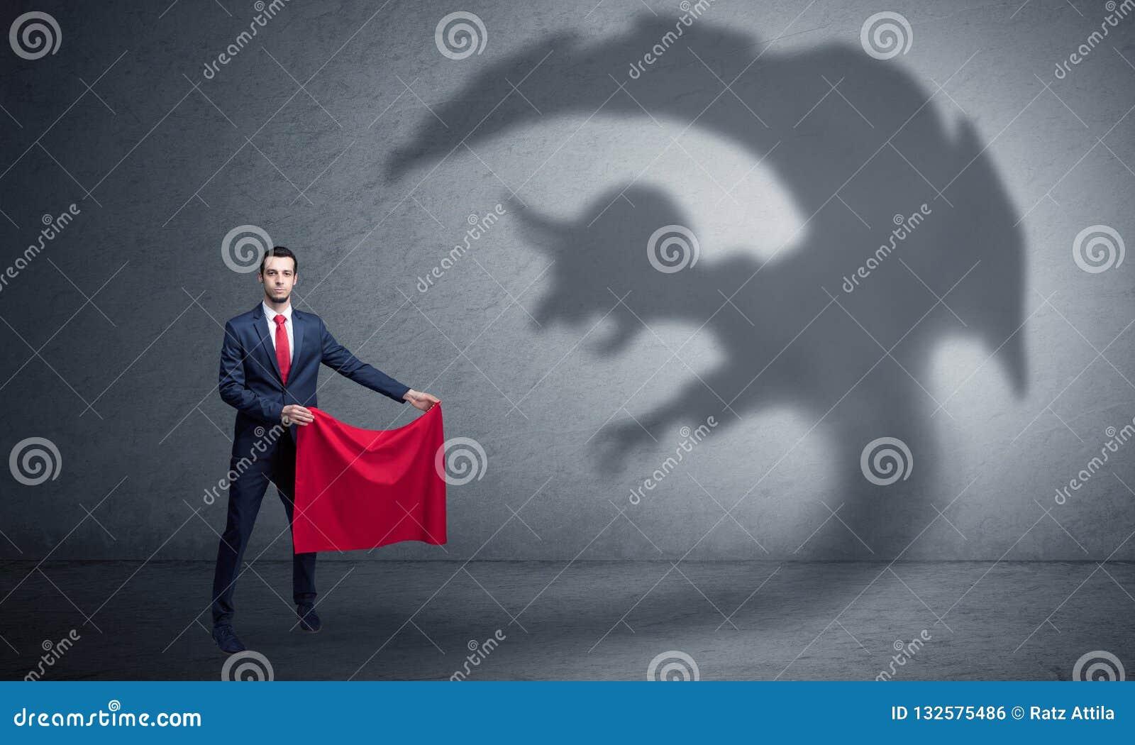 Бизнесмен с концепцией тени и toreador чертенка