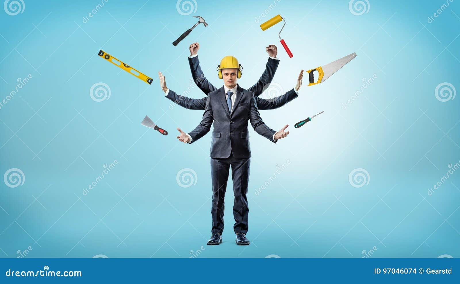 Бизнесмен с много рук который носит защитный шлем окружил по построению аппаратуры