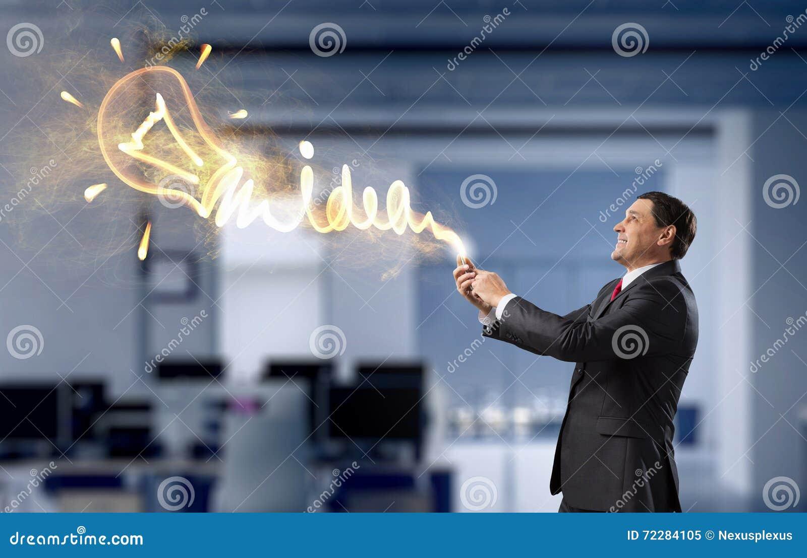 Download Бизнесмен с прибором таблетки в руках Стоковое Изображение - изображение насчитывающей данные, интерфейс: 72284105