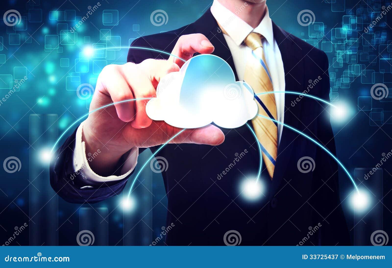 Бизнесмен с принципиальной схемой голубого облака вычисляя