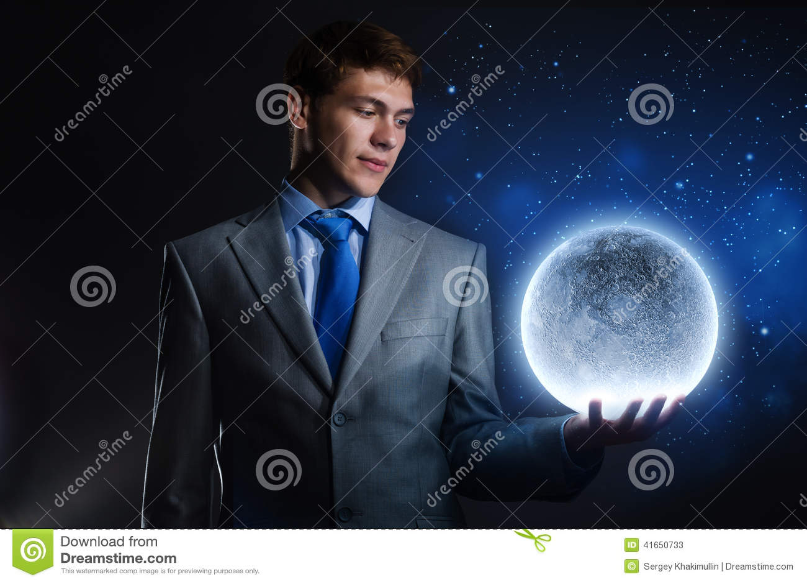 Бизнесмен с луной