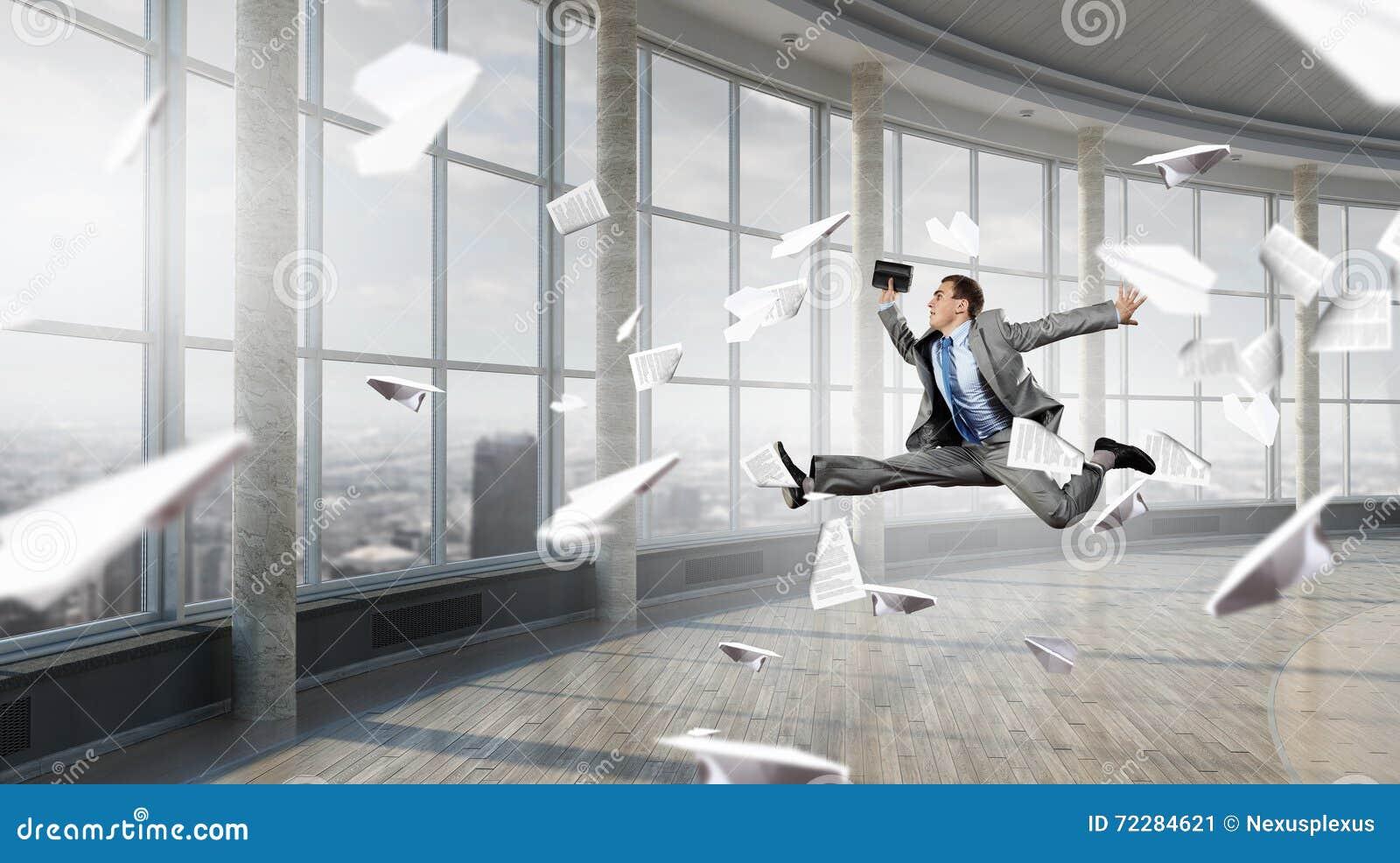Download Бизнесмен танцев в офисе стоковое изображение. изображение насчитывающей нутряно - 72284621