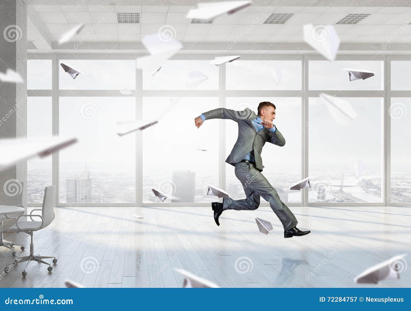 Download Бизнесмен танцев в офисе стоковое изображение. изображение насчитывающей привлекательностей - 72284757