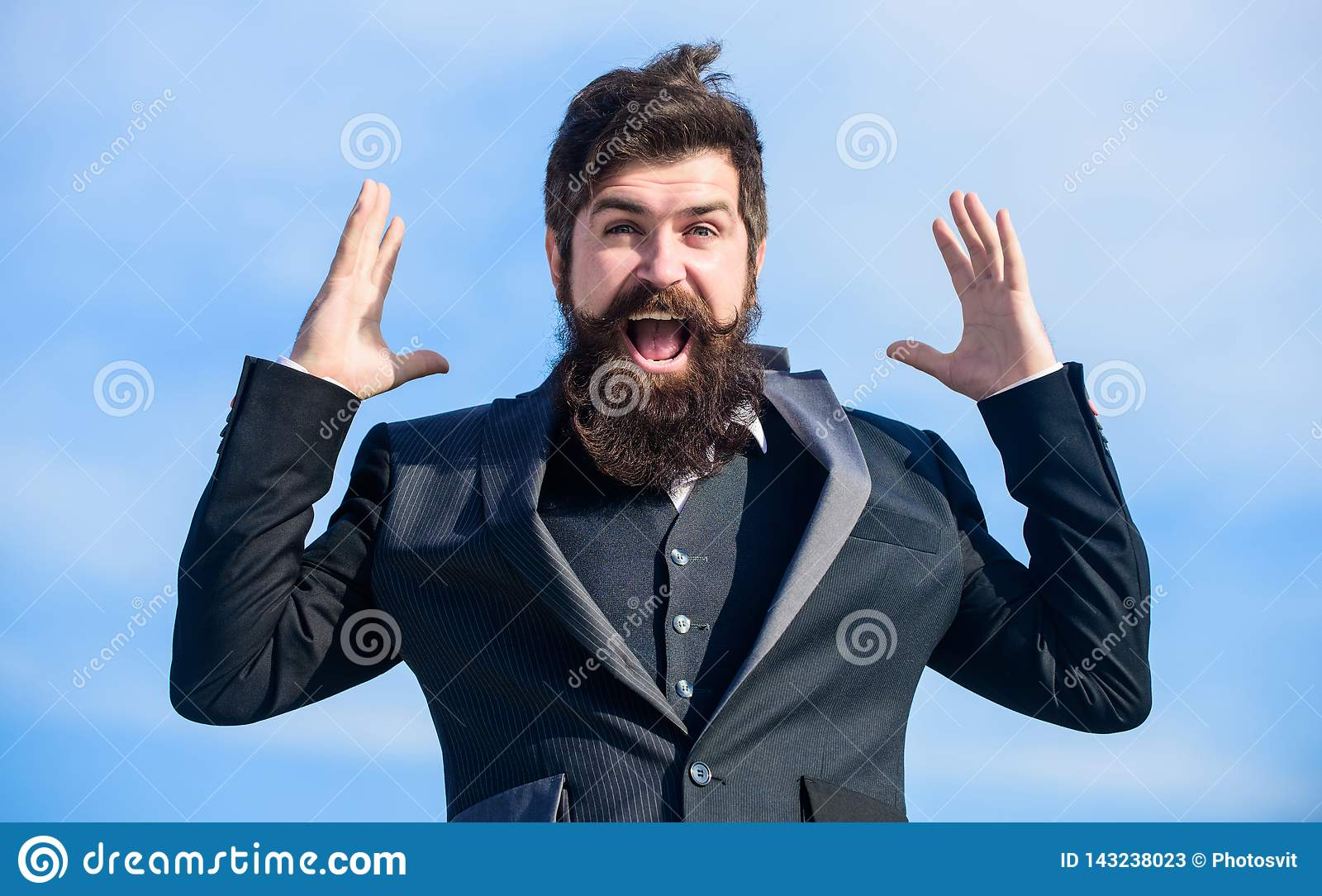 Бизнесмен человека бородатый оптимистический нести официальную предпосылку неба костюма Успех и везение Оптимистическое настроени