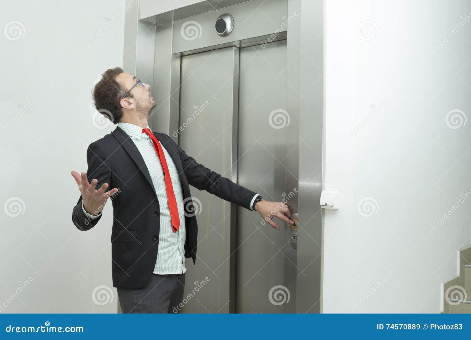Бизнесмен confused потому что лифт не работает