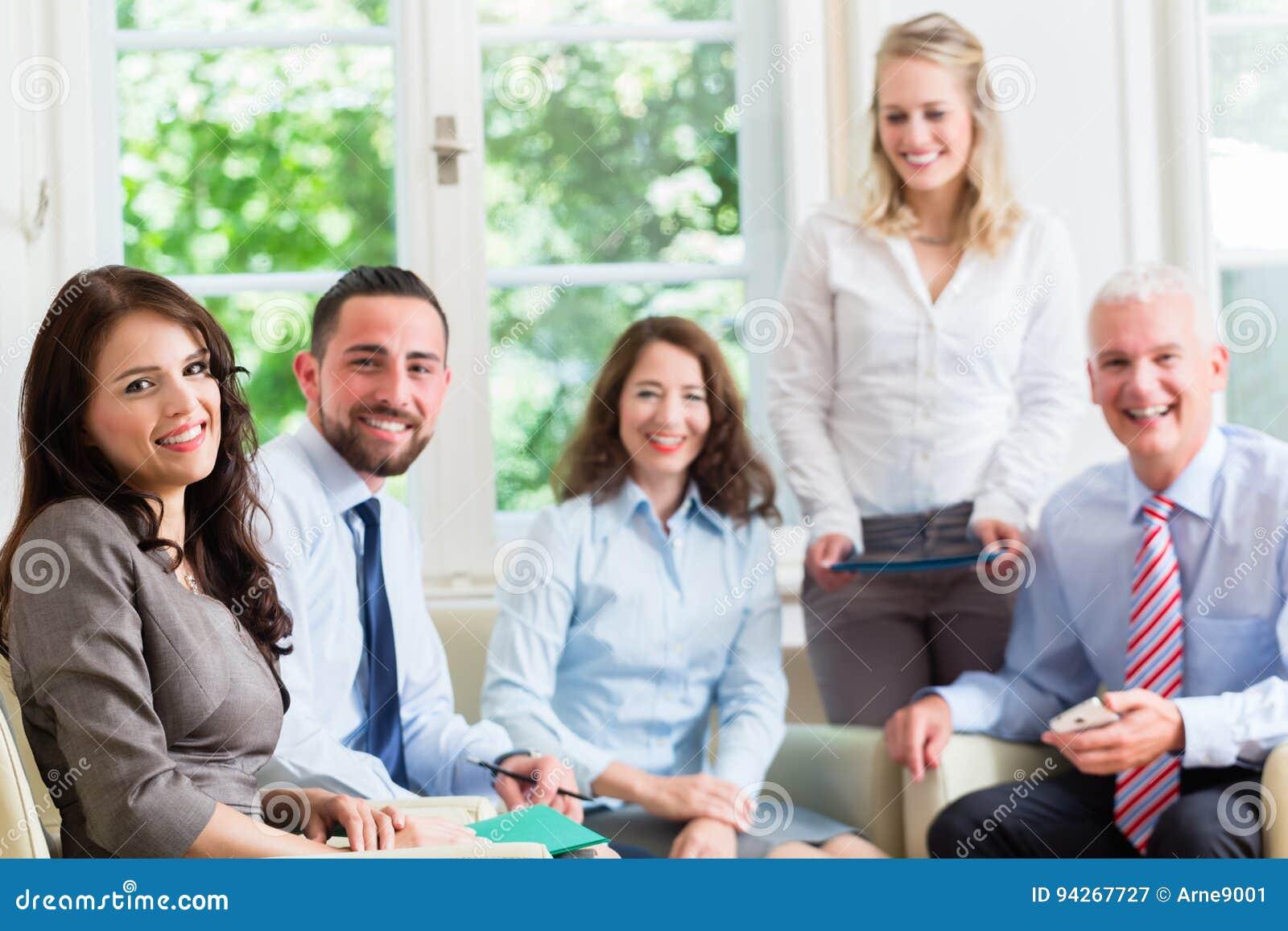 Бизнес-леди и люди в офисе имея представление