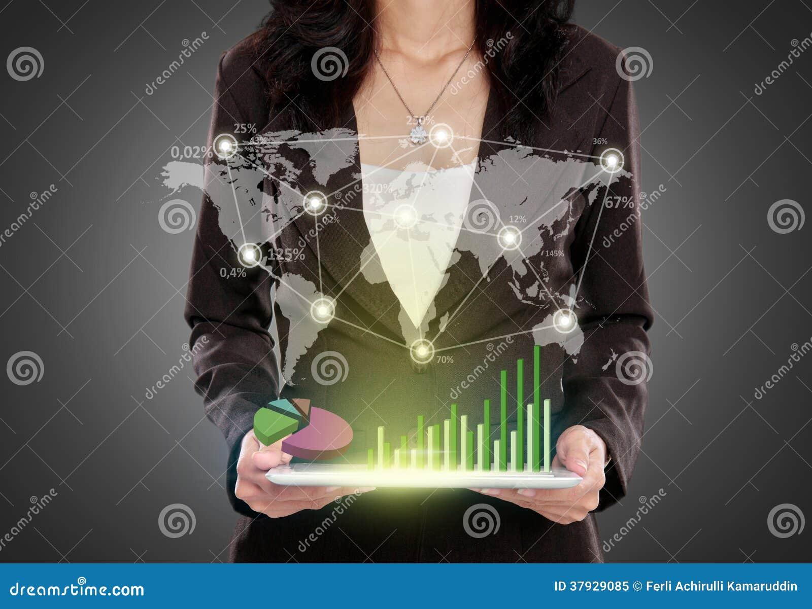 Бизнес-леди при ПК таблетки показывая соединенный social
