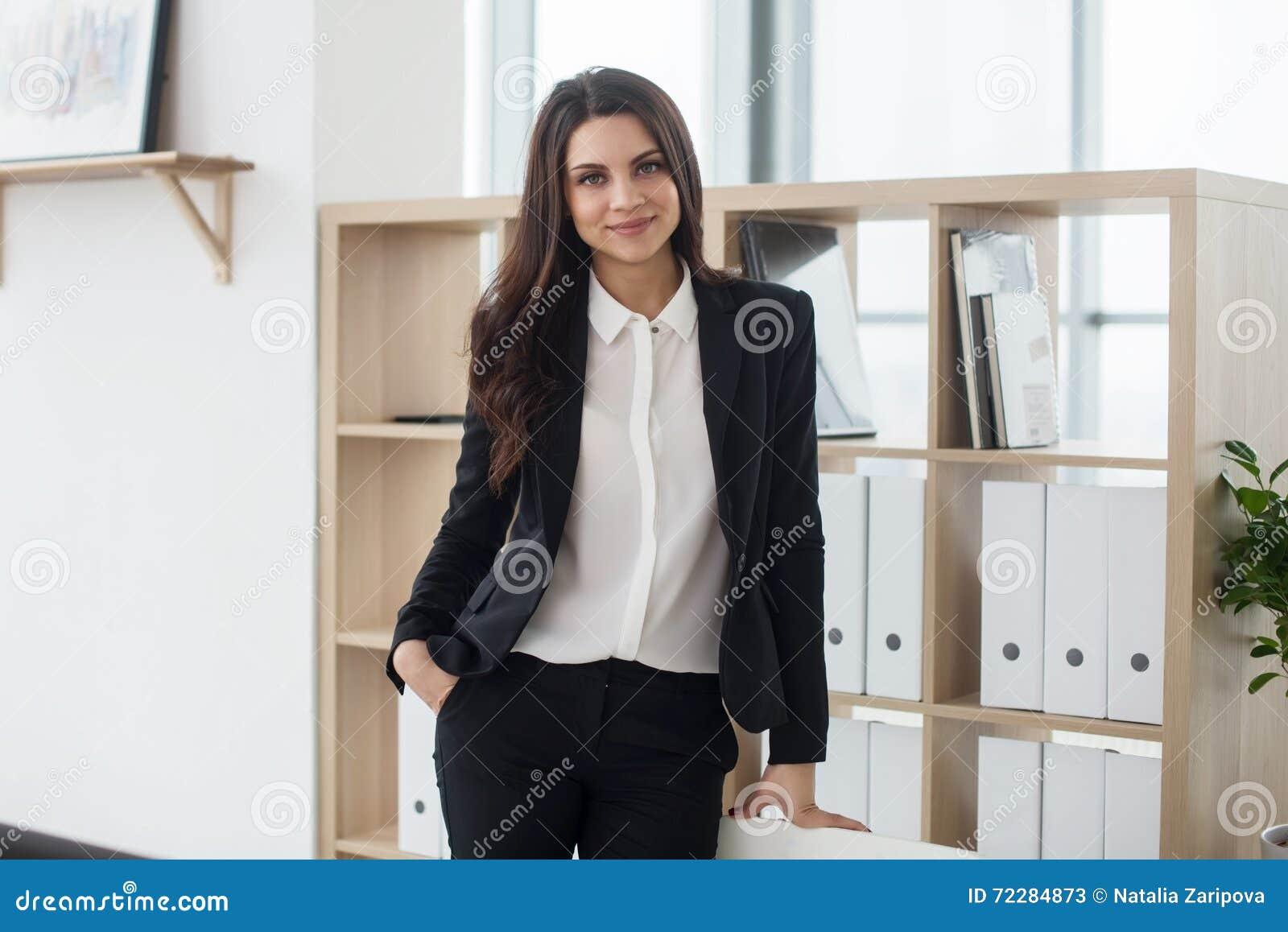 Download Бизнес-леди стоя в шкафе на офисе Стоковое Изображение - изображение насчитывающей стекло, бобра: 72284873