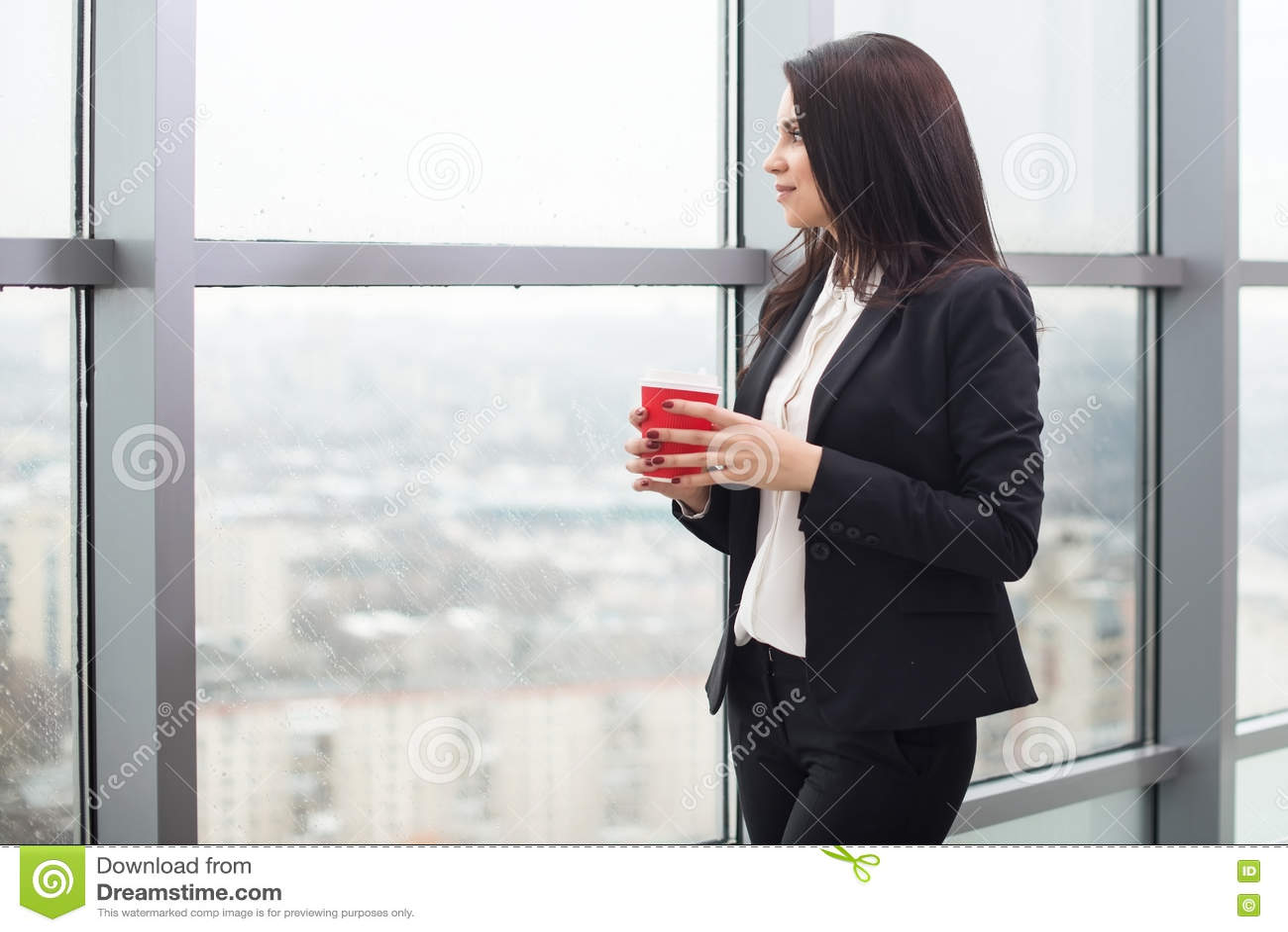 Download Бизнес-леди стоя на окне с чашкой Стоковое Фото - изображение насчитывающей люди, корпоративно: 72285200